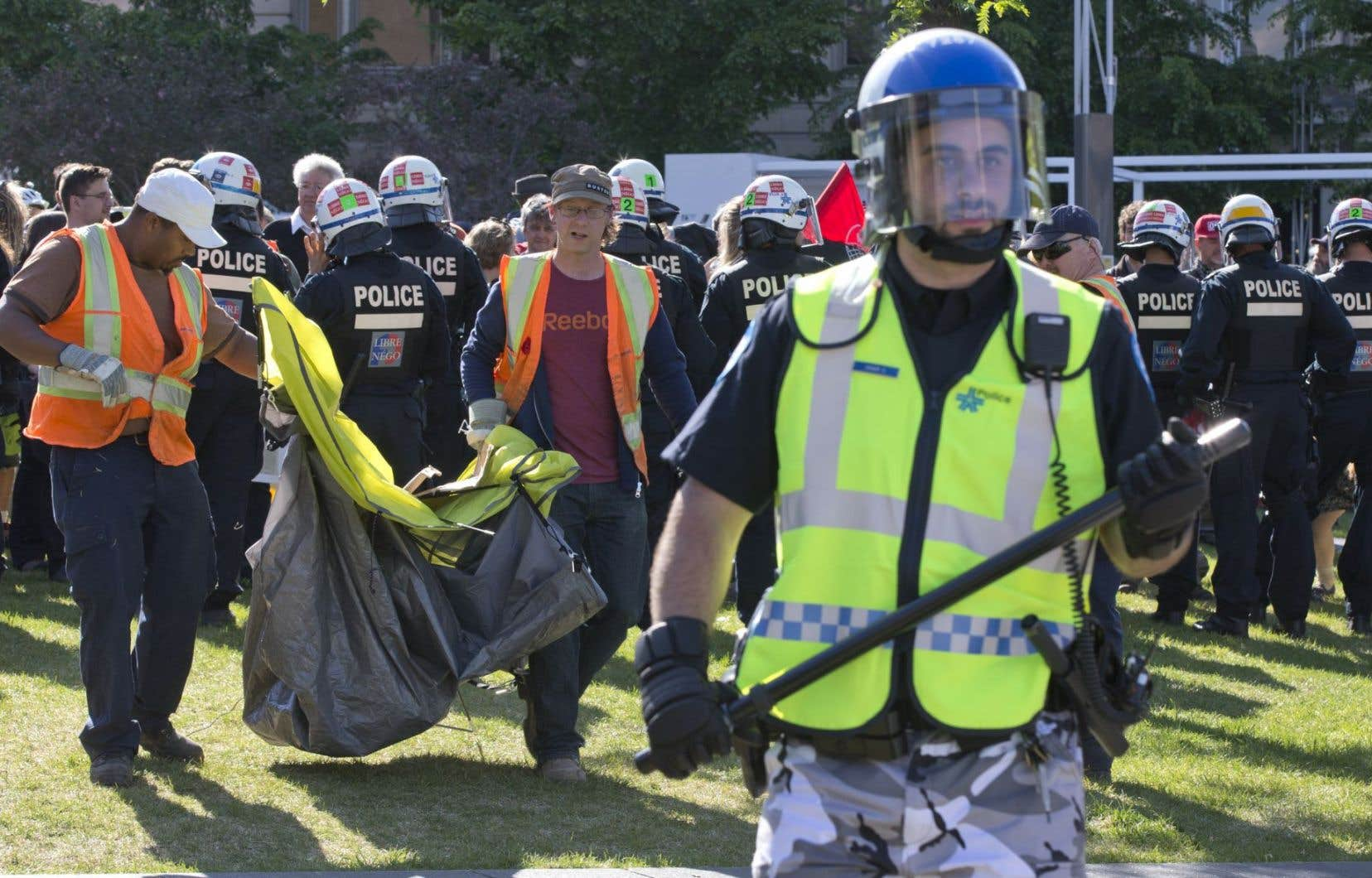 Les policiers avaient lancé un ultimatum peu après l'arrivée des campeurs, les enjoignant de retirer tout équipement.