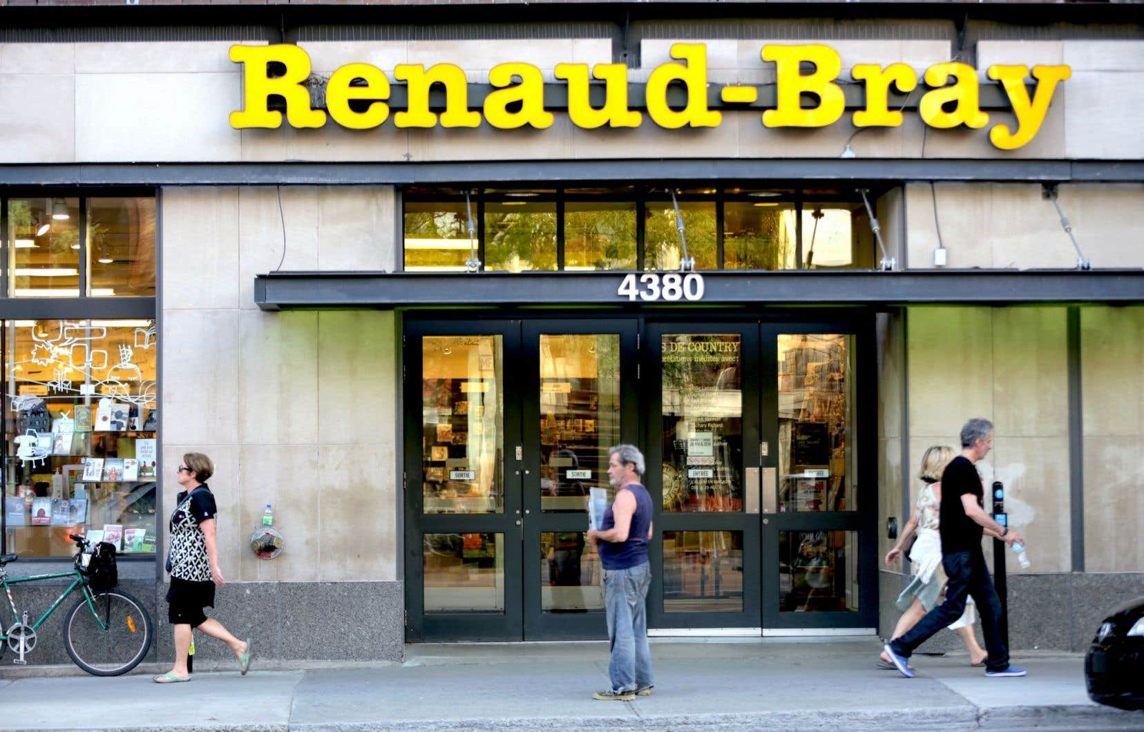 Renaud-Bray s'est entendu mardi avec Québecor pour mettre la main sur les 14 magasins Archambault, le site Web de la chaîne et la librairie anglophone Paragraphe.