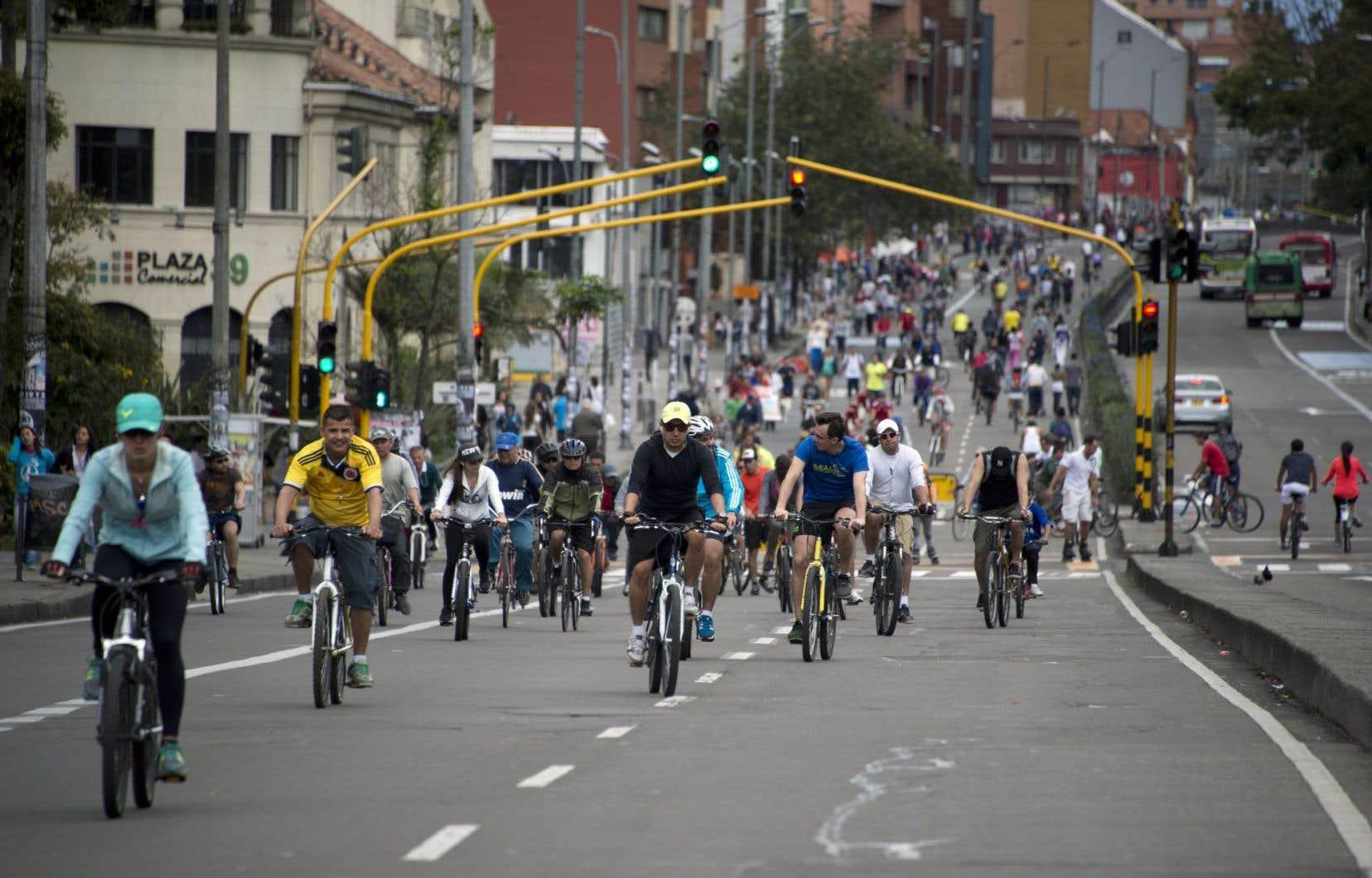À Bogotá (notre photo) comme à Toronto, les promeneurs du dimanche sont désormais des cyclistes. Plusieurs villes ont en effet pris l'initiative de fermer chaque semaine de larges artères pour permettre aux citoyens de circuler à vélo.