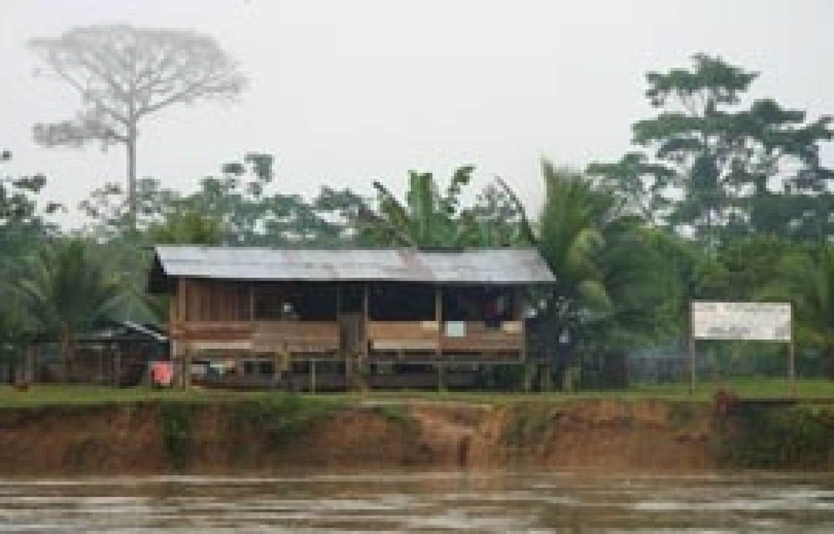 Installée le long de la rivière Jiguamiando, la communauté métisse de Nueva Esperanza a été maintes fois forcée à l'exil. En raison de leur potentiel pour la culture de la palme africaine, leurs terres fertiles sont hautement convoitées.