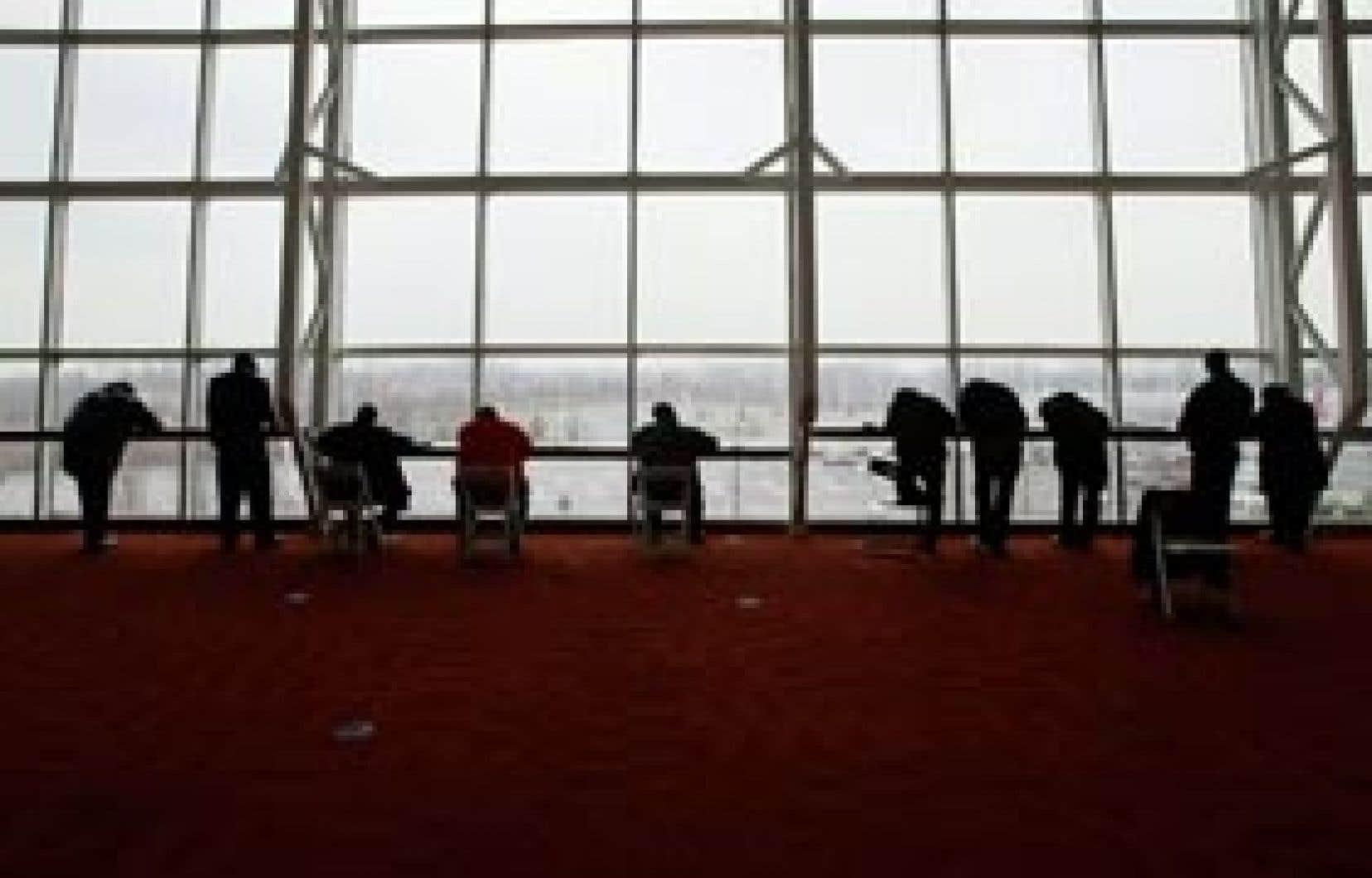 Des chômeurs remplissent des demandes d'emploi lors d'un salon tenu dans la banlieue de Washington. Depuis le début de la récession en décembre 2007, les pertes d'emplois ont atteint 5,1 millions aux États-Unis.