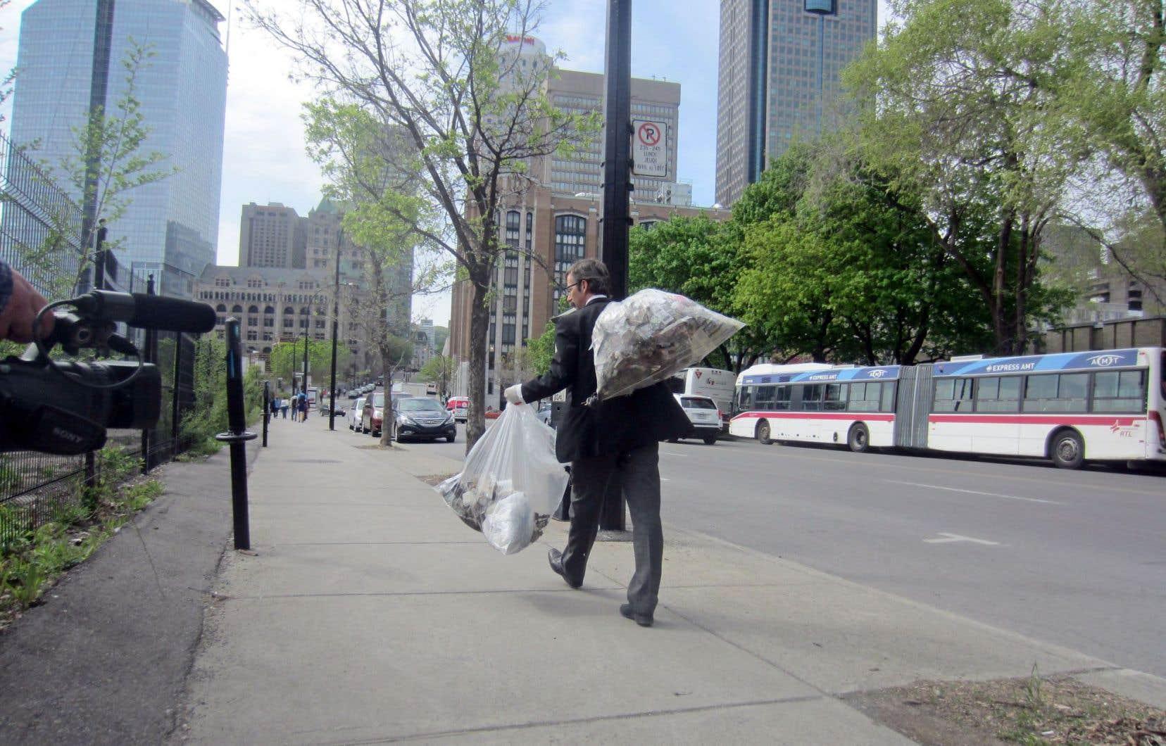 Douglas Scholes a rempli trois sacs d'ordures au fil d'un parcours où il est entré dans différentes institutions financières.