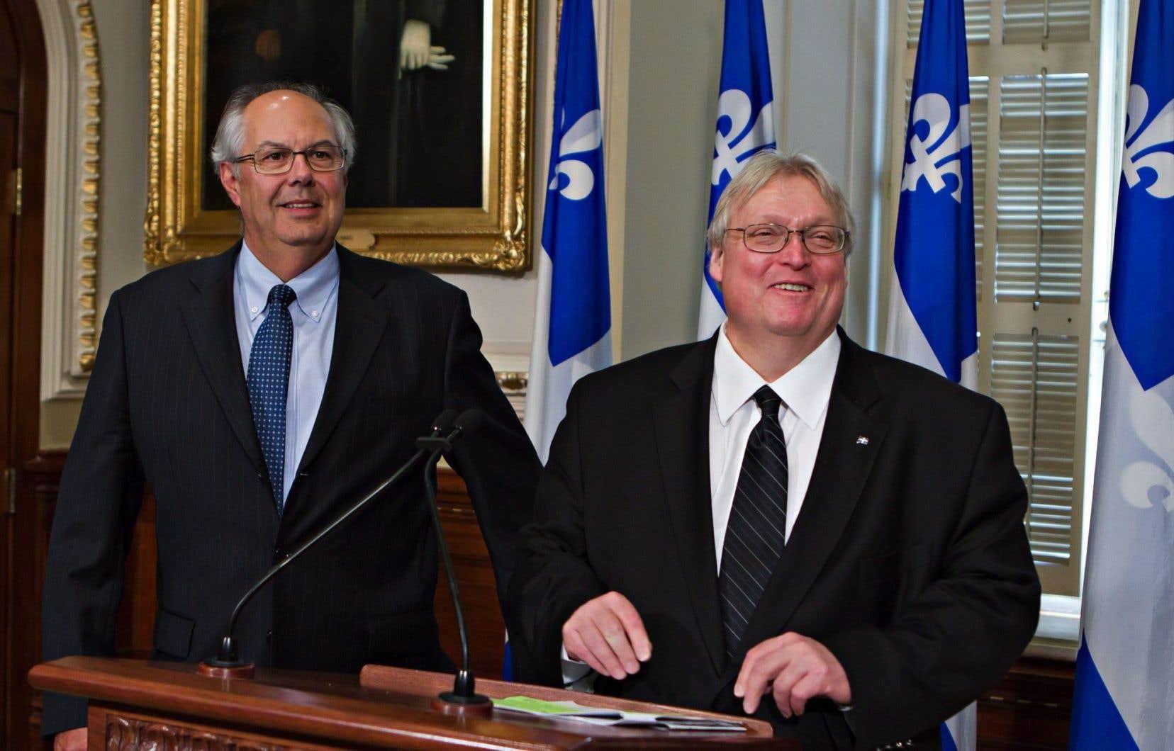 Le président de la Fédération des médecins omnipraticiens, Louis Godin, en compagnie du ministre de la Santé Gaétan Barrette, lors de l'annonce de l'entente