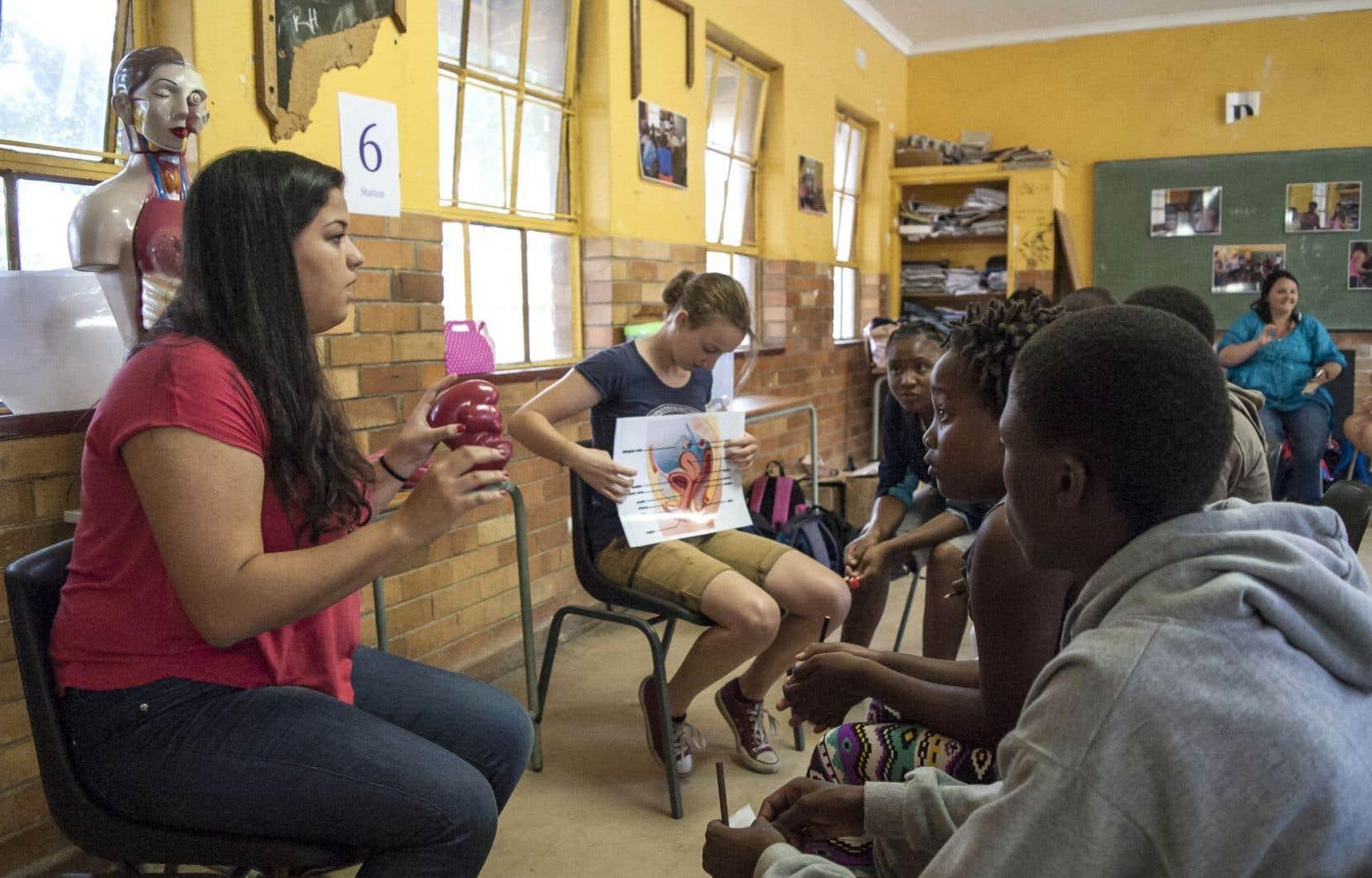 À Soweto, des adolescents assistent à une séance d'information sur les menstruations et le sytème reproducteur de la femme.
