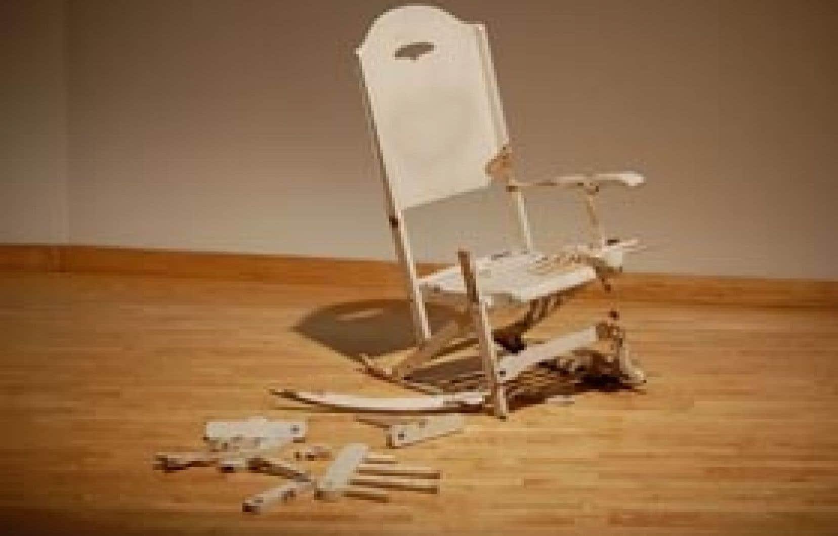 Rubric, de Maskull Lasserre, donne à voir une chaise berçante dont les composantes se cassent et s'effondrent lorsqu'elles figurent des os.