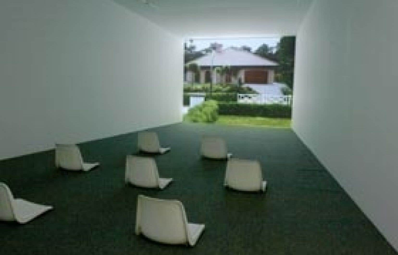 Say Hello to Peace and Tranquility, 2001, installation vidéo avec son de Dagmar Keller et Martin Wittwer