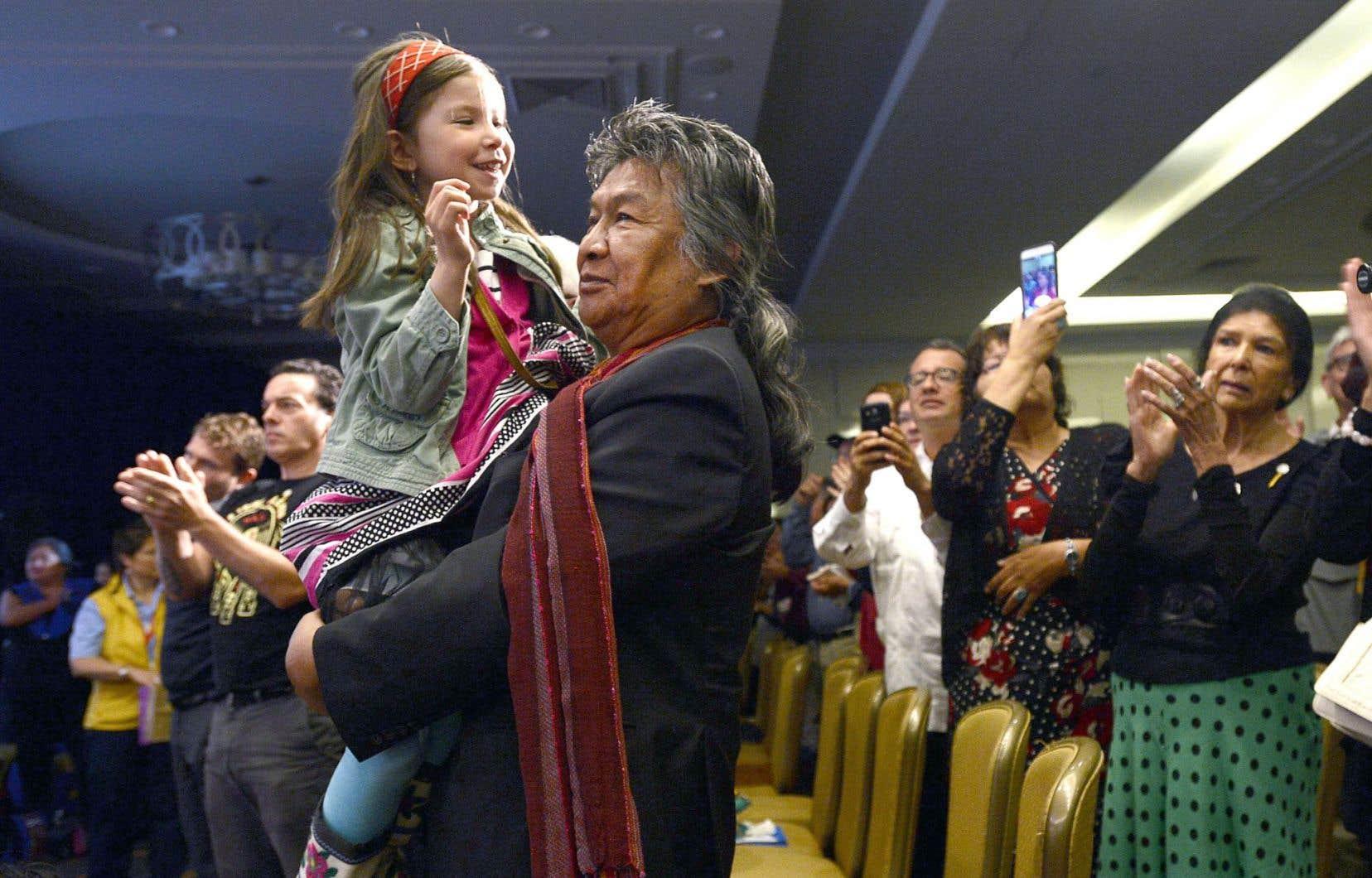 Stephen Kakfwi, ancien premier ministre des Territoires du Nord-Ouest, tenant dans ses bras sa petite-fille, Sadeya Kakfwi-Scott, était à Ottawa pour assister au dépôt du rapport tant attendu.