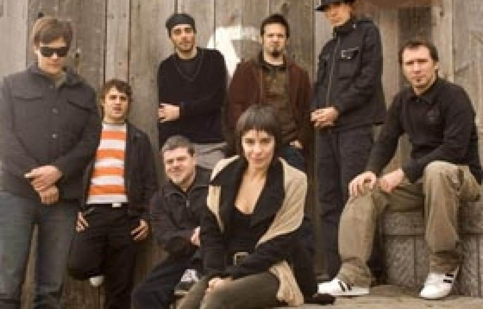 Ils viennent d'Argentine et d'Uruguay, ont commencé sous le nom de Bajofondo Tangoclub, ont fait paraître un premier disque en 2002, puis ont laissé tomber de leur nom le Tangoclub pour bien affirmer le caractère distinct d'une musique qui ne s