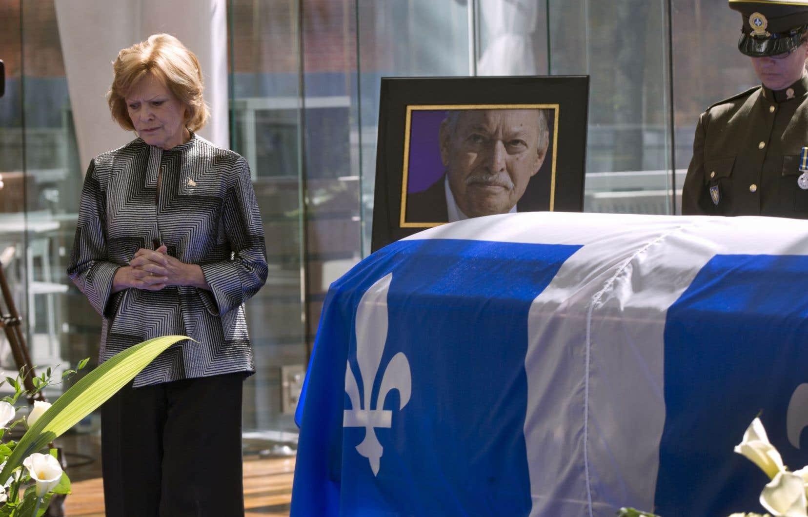 Ils ont afflué toute la matinée pour se recueillir auprès de celui qu'on surnommait « Monsieur » et offrir leurs condoléances à sa famille et son épouse Lisette Lapointe.