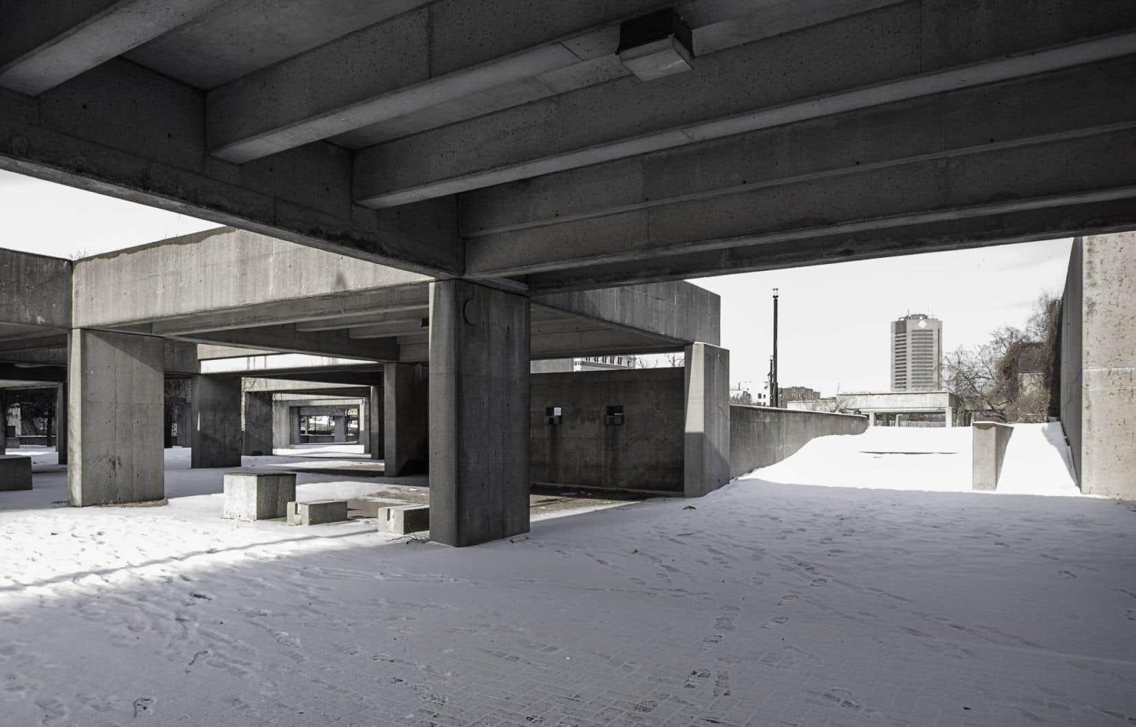Agora est l'œuvre que le sculpteur Charles Daudelin a créée au square Viger dans les années 1980.