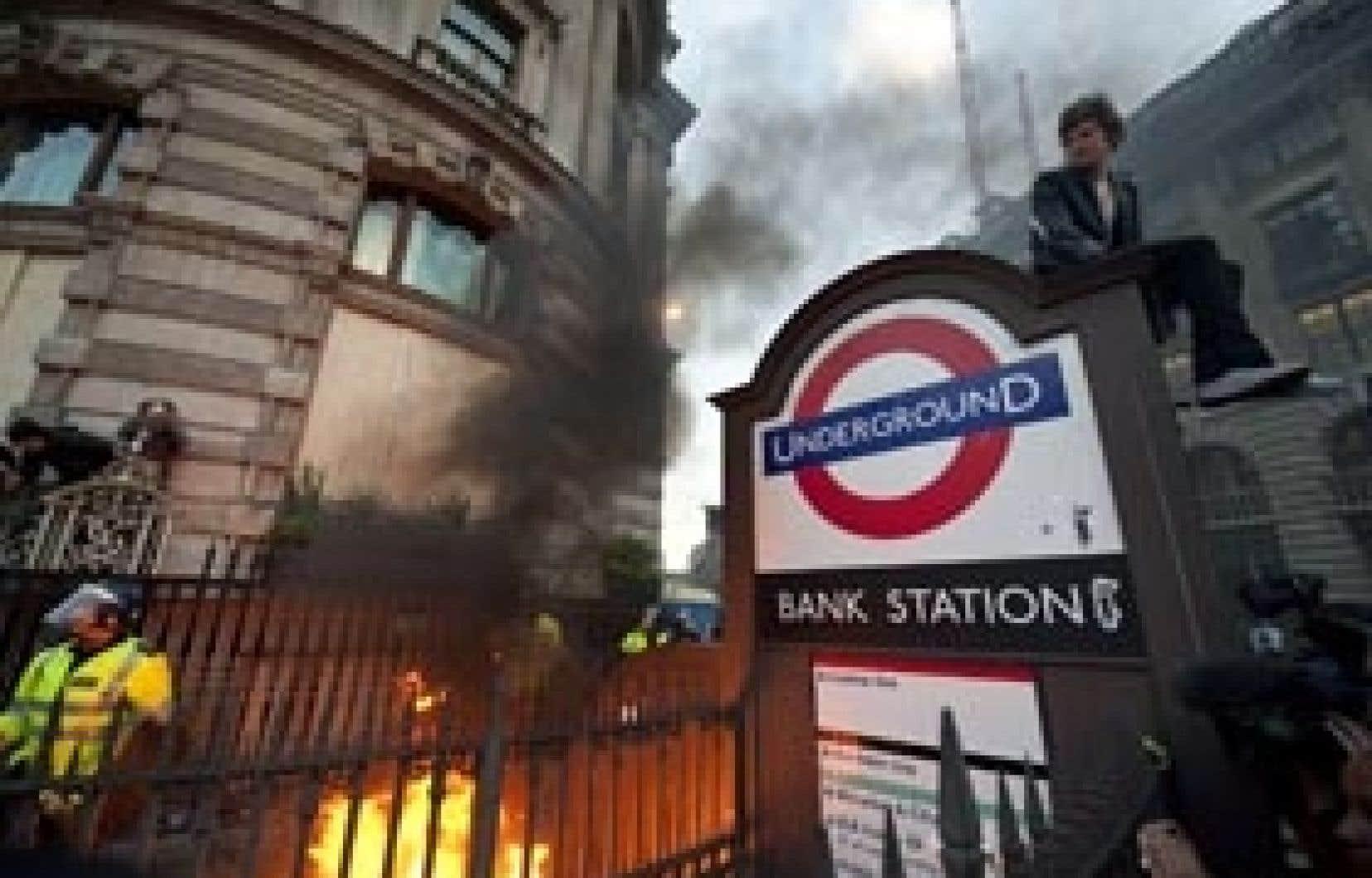Plusieurs milliers de manifestants ont convergé vers le quartier des banques de Londres hier. La manifestation, en grande partie pacifique, a toutefois connu quelques débordements en fin de journée.