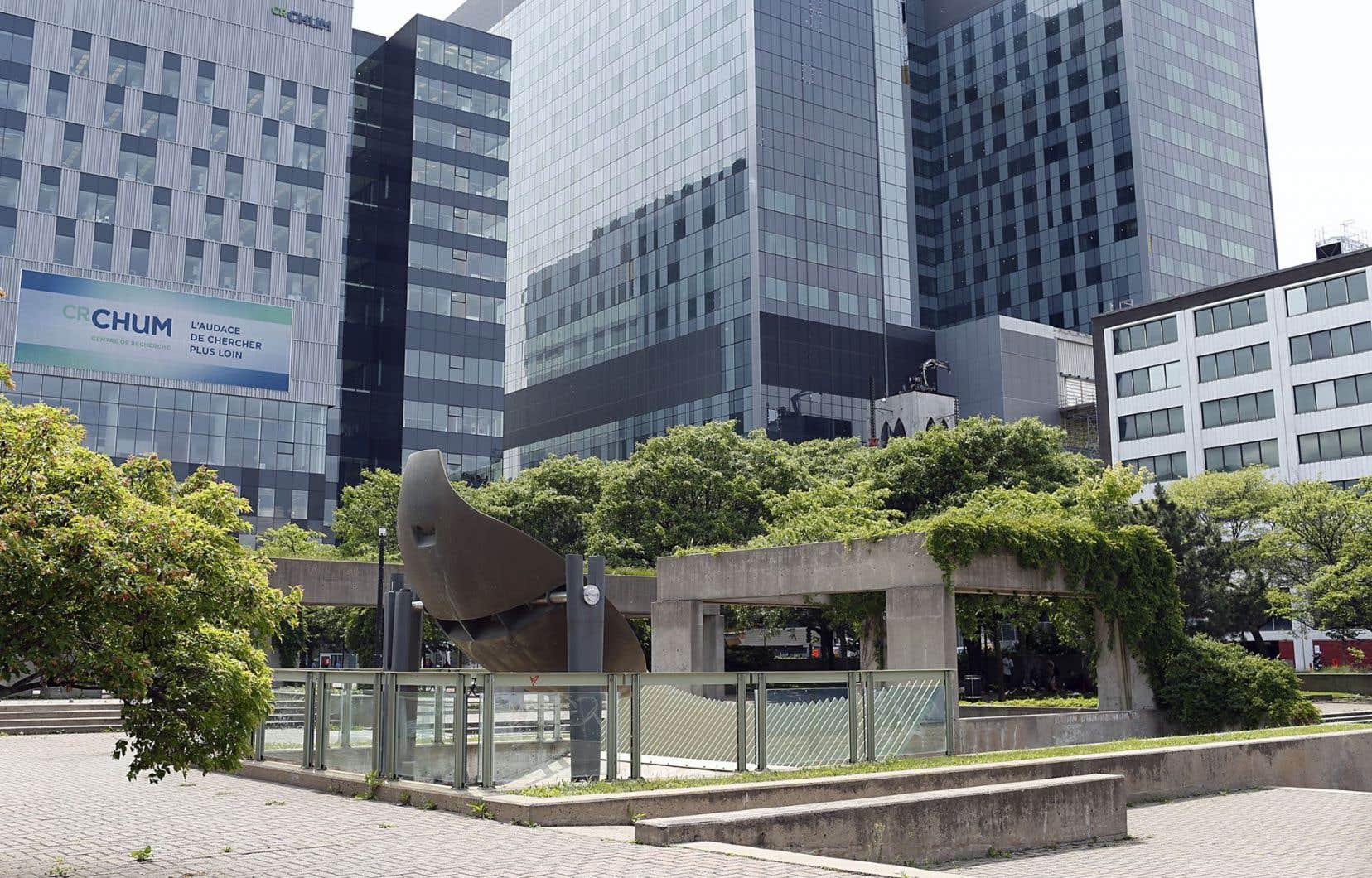 «Mastodo», la sculpture-fontaine de Charles Daudelin, est intégrée à même l'autre œuvre de l'artiste, «Agora».