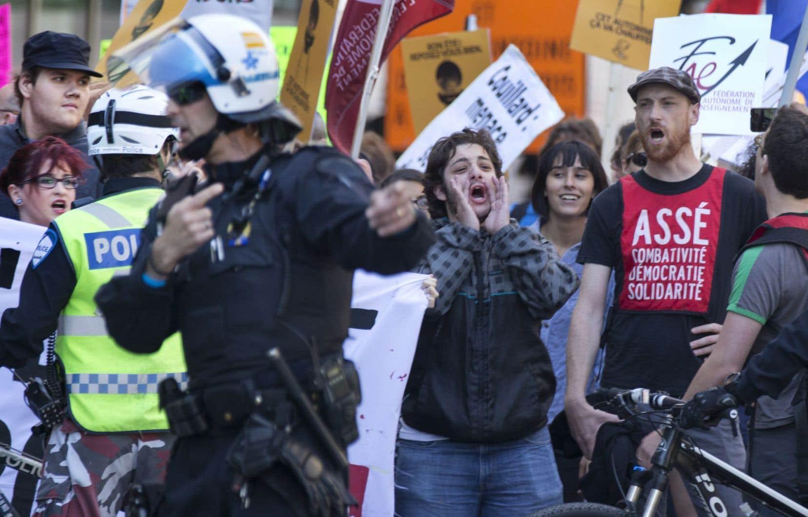 La manifestation s'est déroulée sur la place Jean-Paul-Riopelle, face au Palais des congrès, sous forte présence policière.