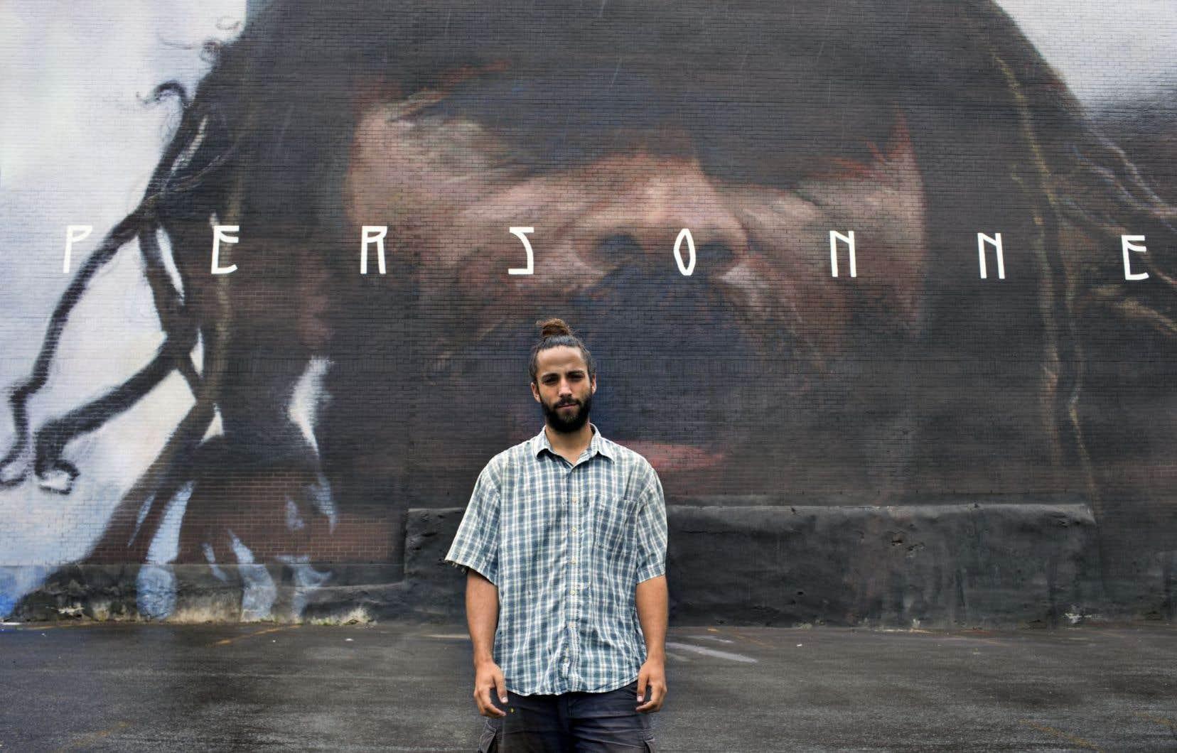 Axel Void a roulé ses pinceaux partout dans le monde, de Chennai, en Inde, à Berlin, en Allemagne. Il pose ici devant sa plus récente murale, peinte à Montréal.