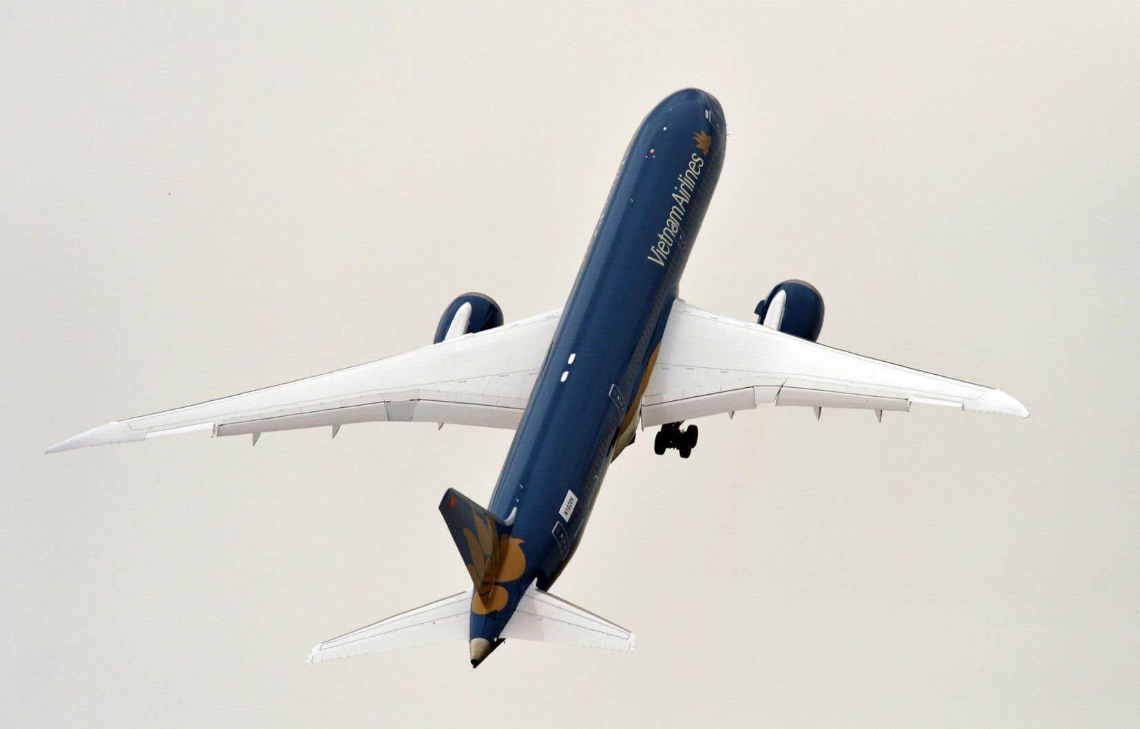 Le Dreamliner de Boeing a causé une forte impression en effectuant un décollage presque à la verticale.