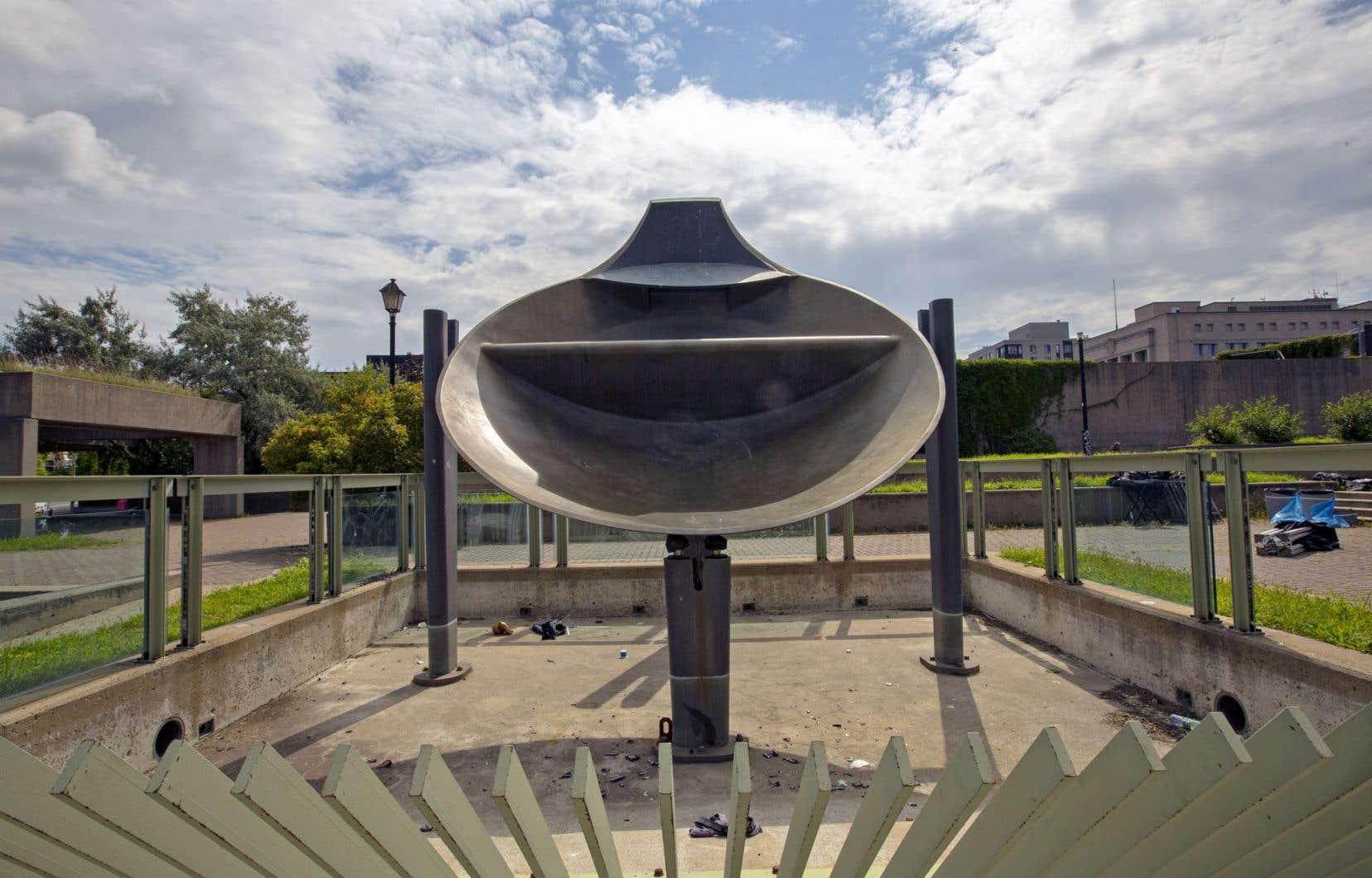 «Mastodo», de Charles Daudelin. La proposition de déménager la fontaine ne tient pas compte du fait qu'elle s'insère dans un ensemble conçu par l'artiste.