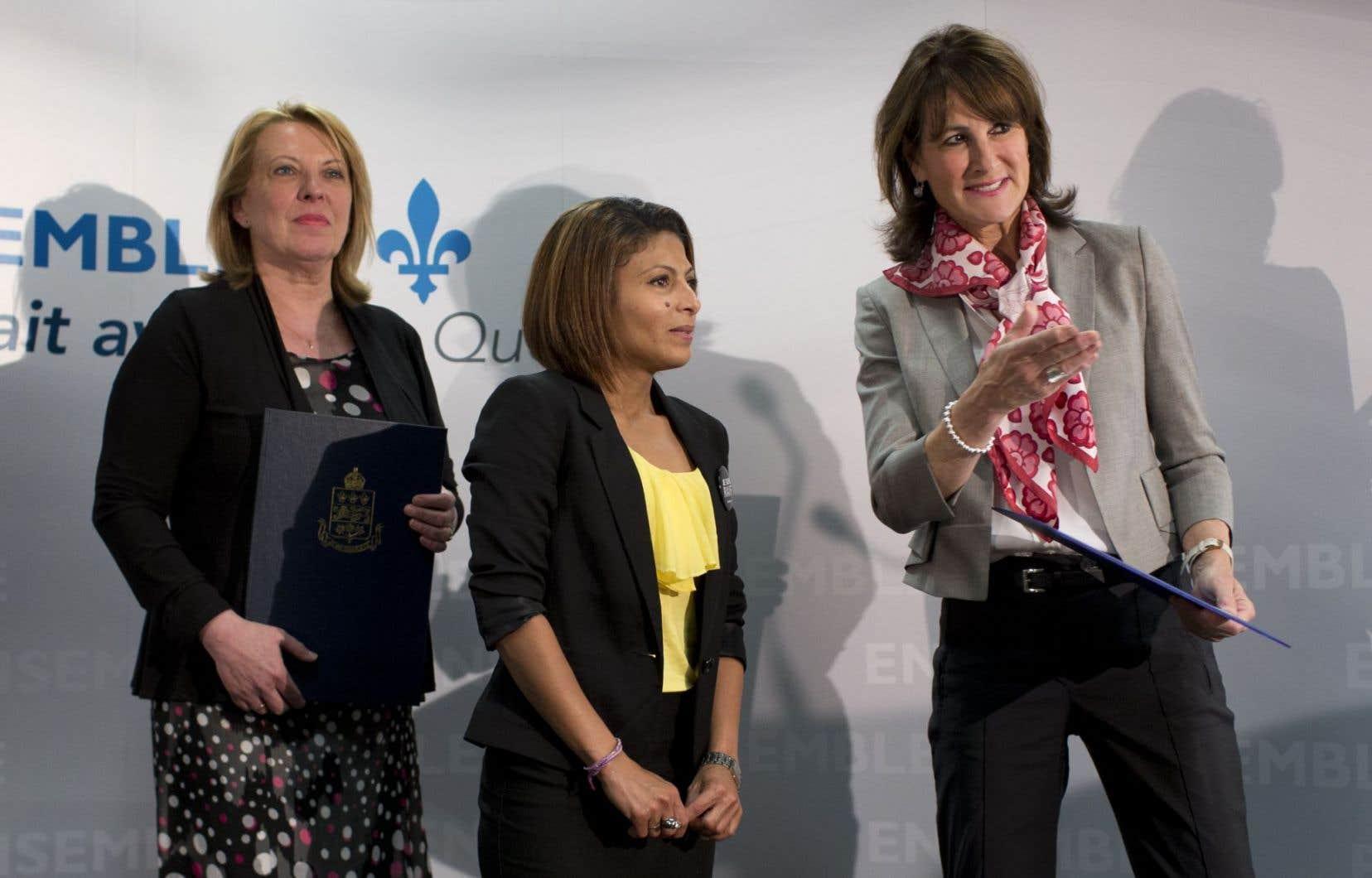 Ensar Haidar entourée de la ministre des Relations internationales Christine St-Pierre et de la ministre de l'Immigration Kathleen Weil.