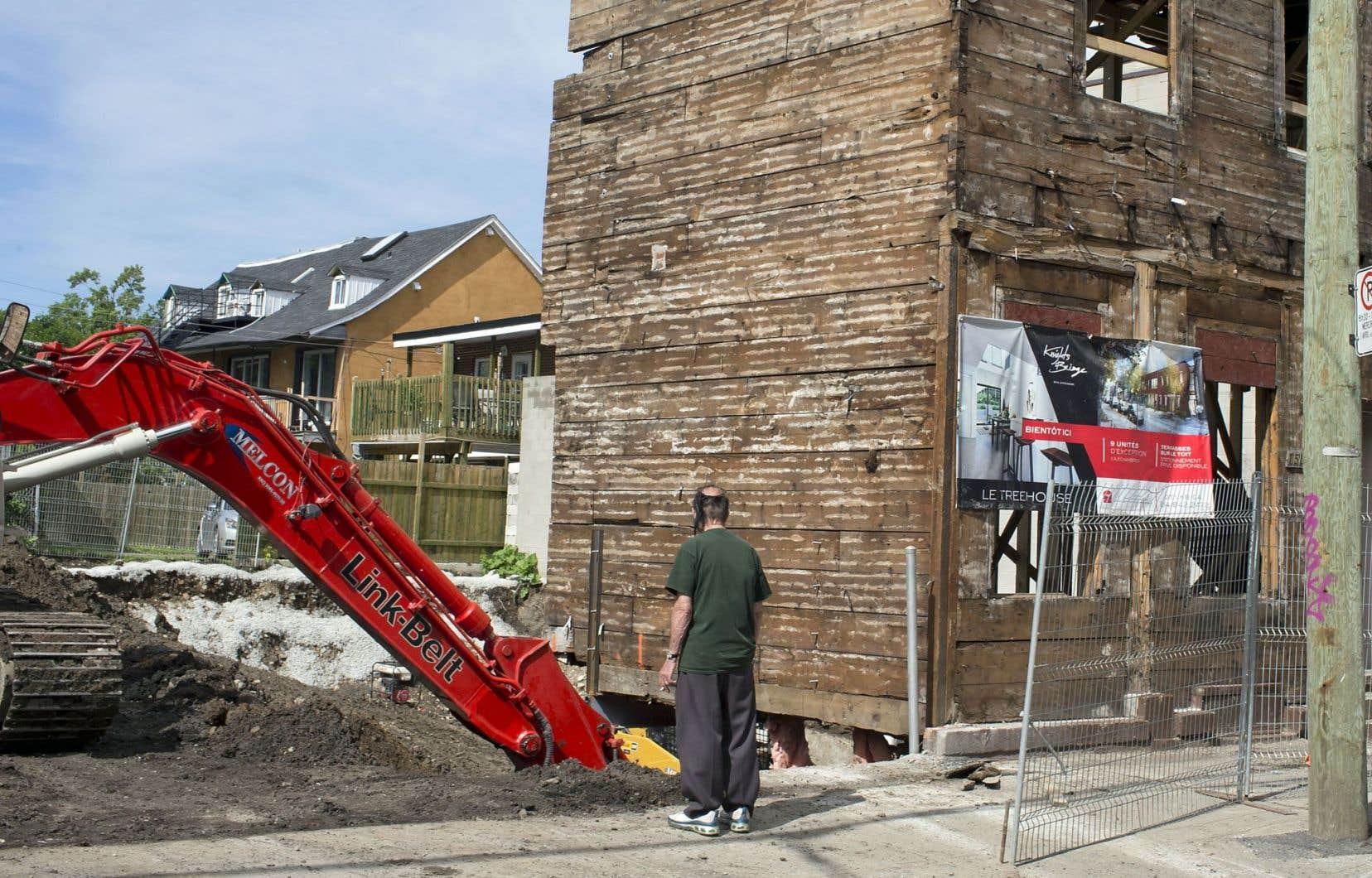 Partout à Montréal, comme ici dans le Sud-Ouest, les vieux immeubles cèdent la place à des condos neufs.