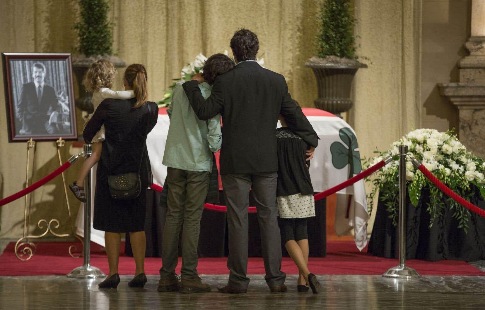 Plusieurs citoyens, des amis et des anciens collègues se sont aussi déplacés pour rendre hommage à Jean Doré, dimanche.<br />