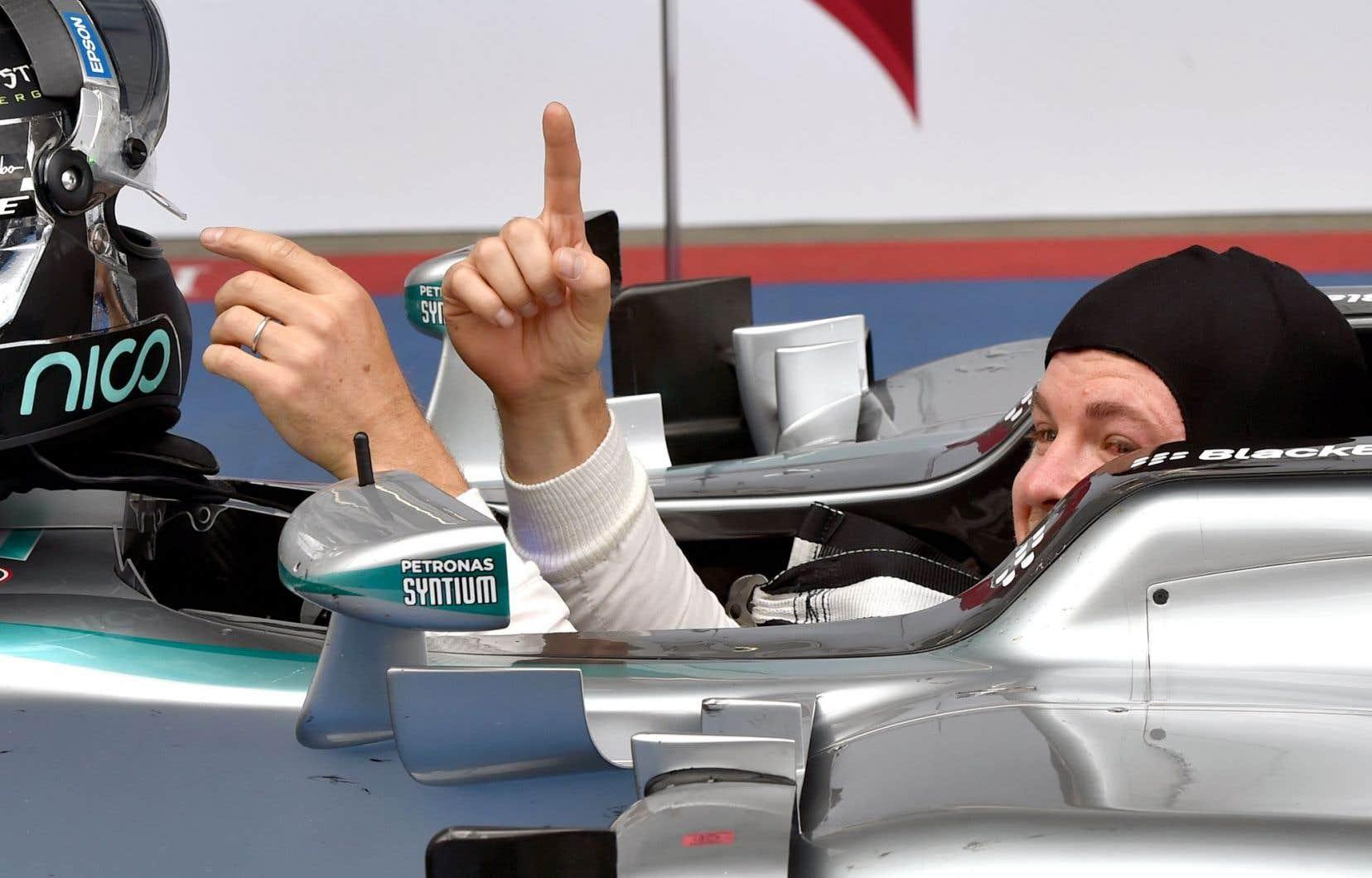 Nico Rosberg a fait le signe de la victoire après avoir remporté le Grand Prix d'Autriche.