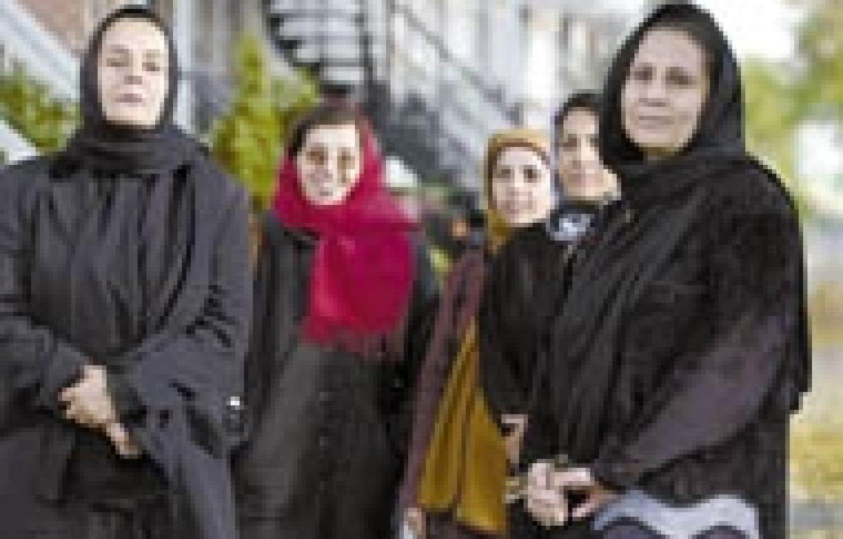 Un groupe de militantes afghanes est à Montréal pour faire état de l'absence des femmes dans le processus de reconstruction de l'Afghanistan. «On se bat sans kalachnikovs, alors on ne nous écoute pas», dit l'une d'elles.