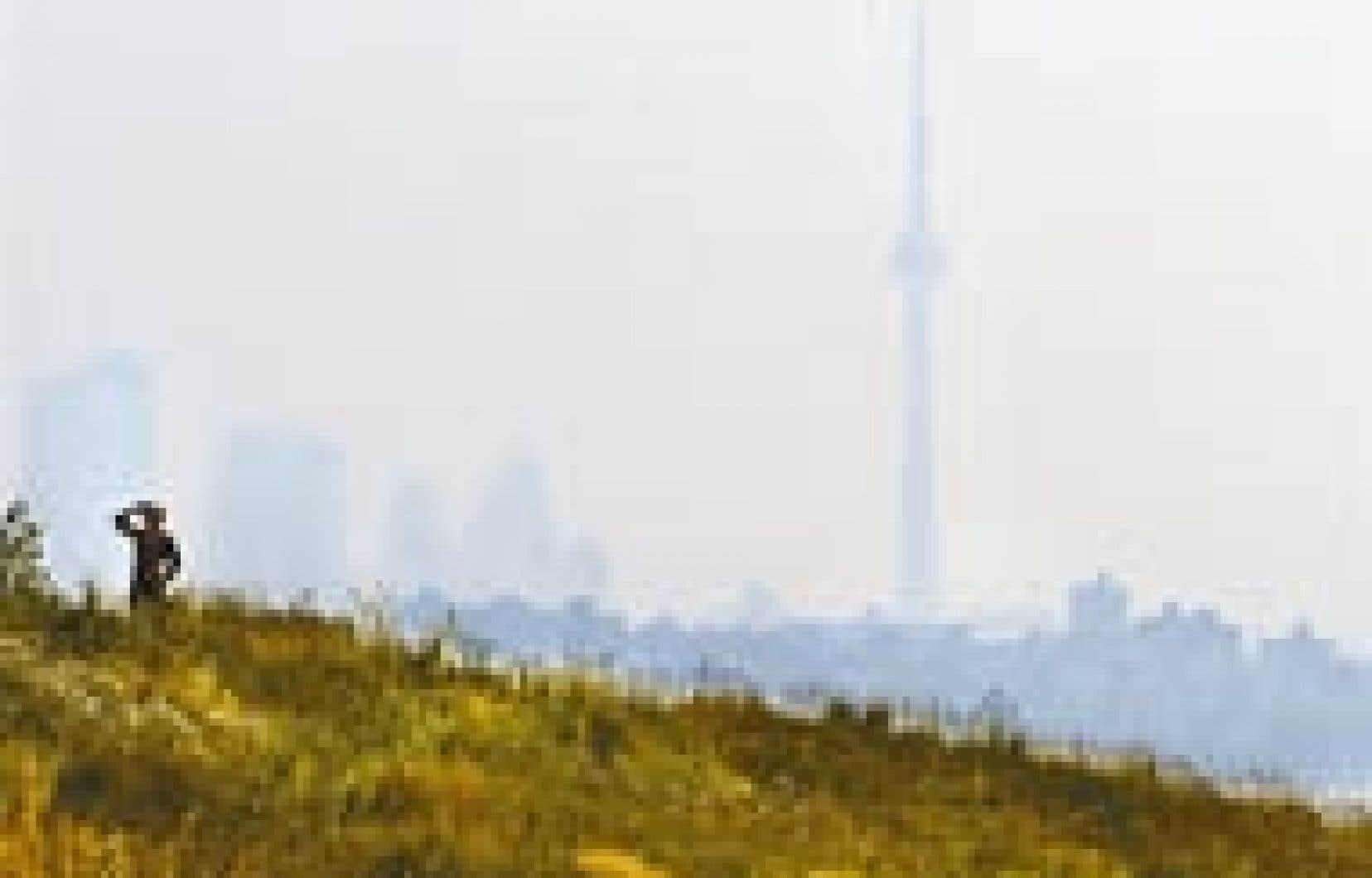Toronto sous le smog l'été dernier. La commissaire fédérale à l'Environnement met en lumière les succès mitigés du Canada en matière de protection de la qualité de l'air, notamment.
