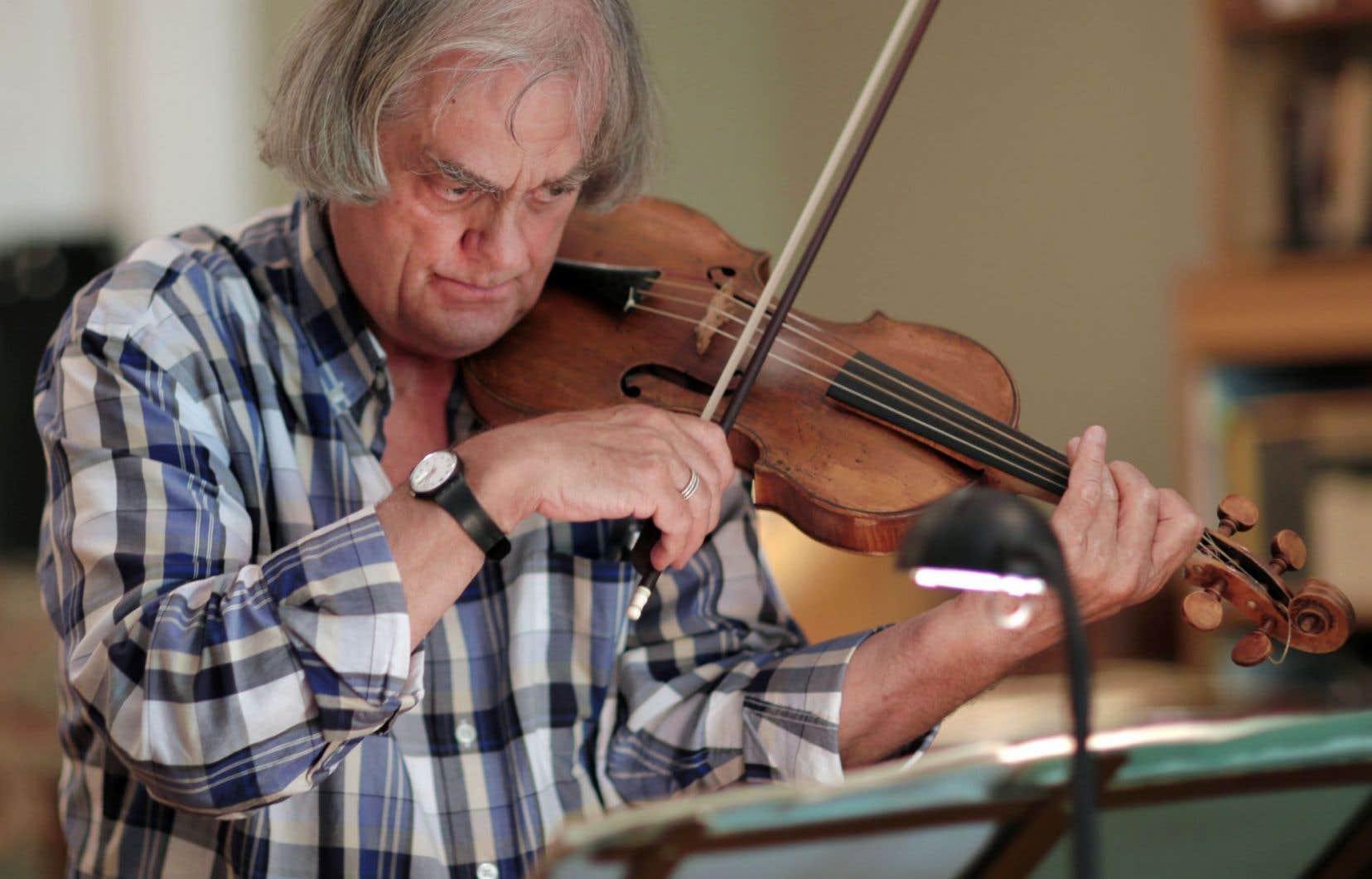 Sigiswald Kuijken en répétition au violon à la veille du festival Montréal baroque.