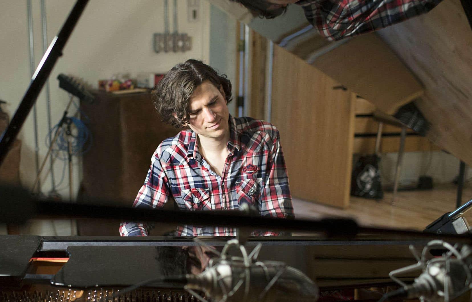 Le pianiste Guillaume Martineau dans la lumière grise et l'ambiance feutrée de son studio montréalais.