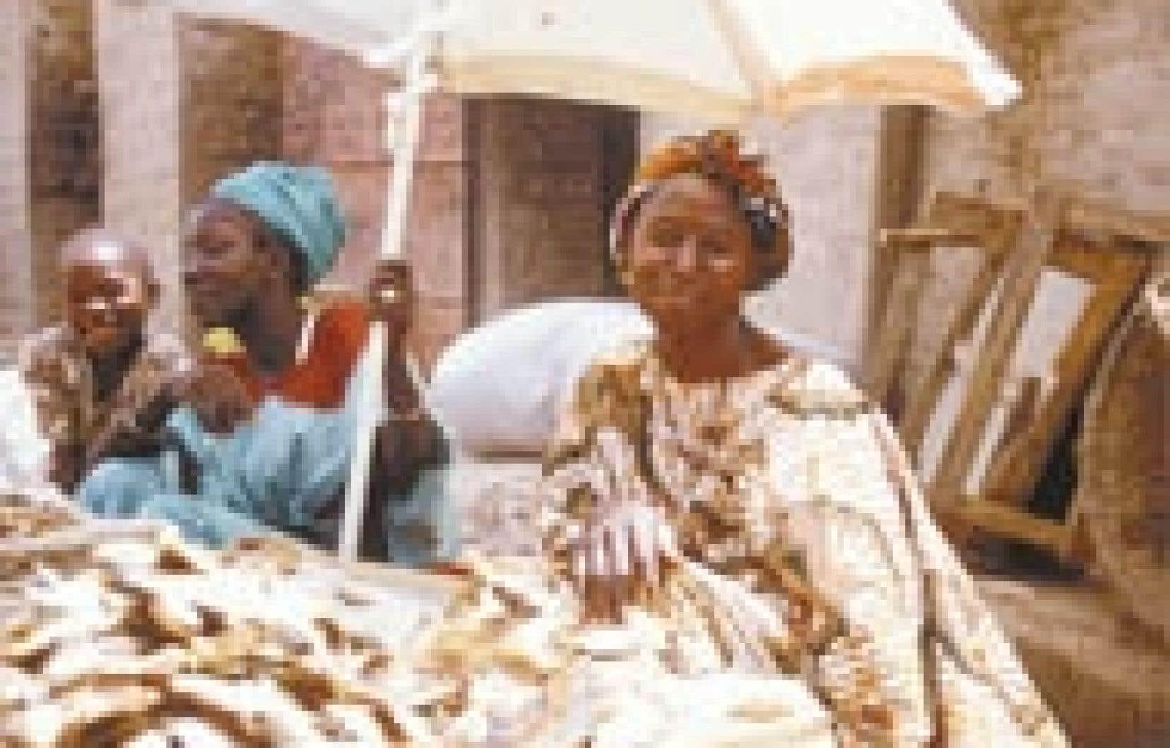 Au Marché des femmes de Mopti... L'alimentation familiale est affaire de femmes. — Photo: Carolyne Parent