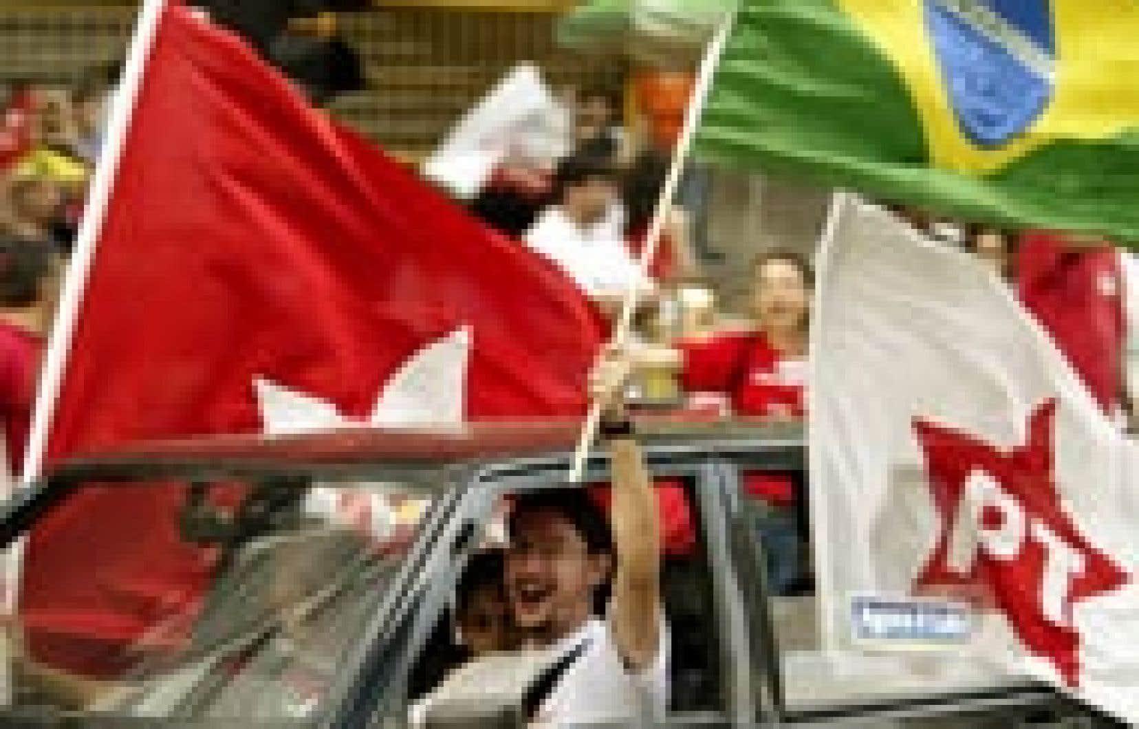 Des partisans du Parti des travailleurs de Luiz Inacio Lula da Silva manifestaient bruyamment leur enthousiasme hier, à Sao Paolo, à l'issue du scrutin.