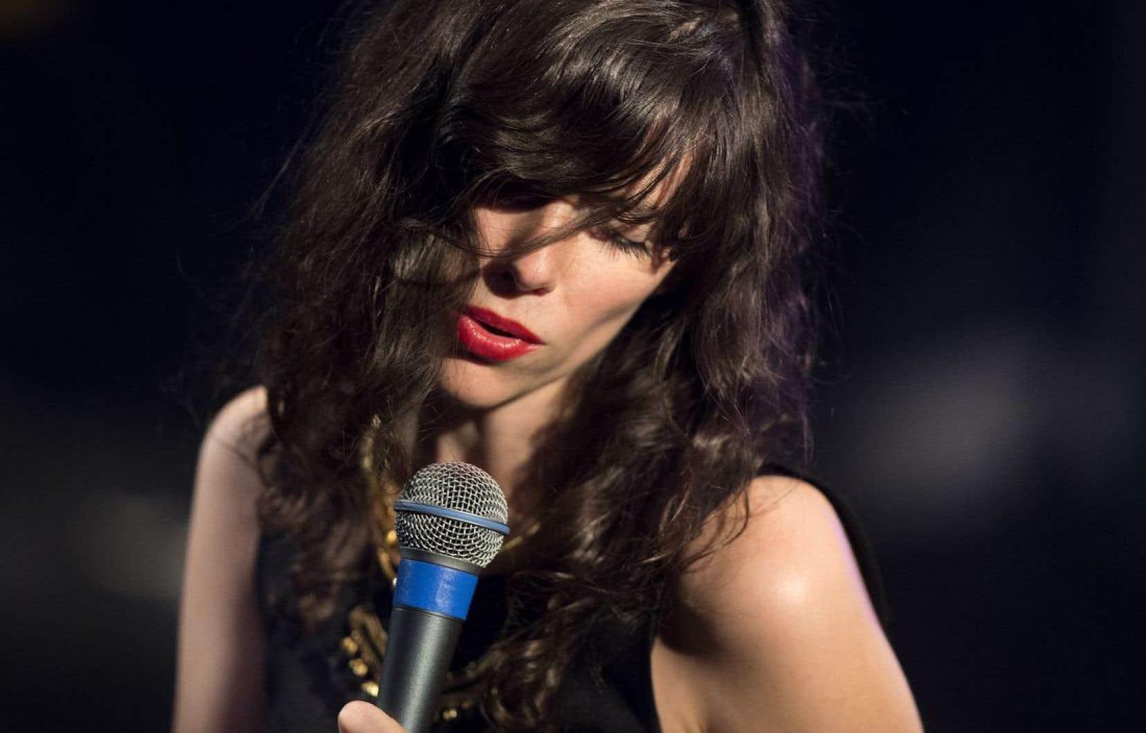 La musicienne Natalie Prass sait mimer la grâce et occuper l'espace avec une démarche aguichante, fragile dans son esprit soul.