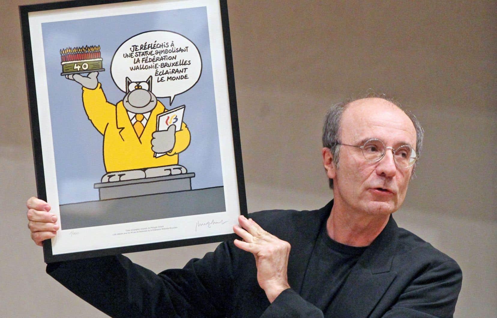 Philippe Geluck brandit un dessin mettant en vedette son personnage du Chat.