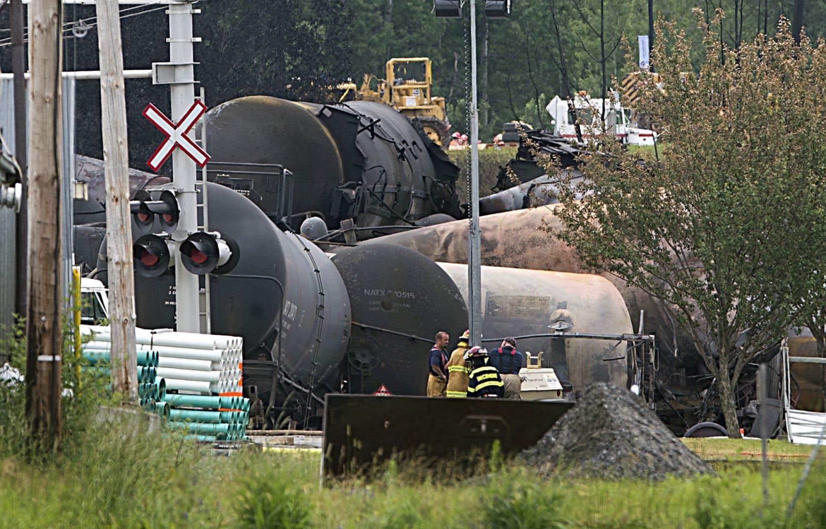 Le 6juillet 2013, le déraillement d'un convoi ferroviaire transportant du pétrole brut a causé d'importants incendies à Lac-Mégantic, qui ont tué 47 personnes.