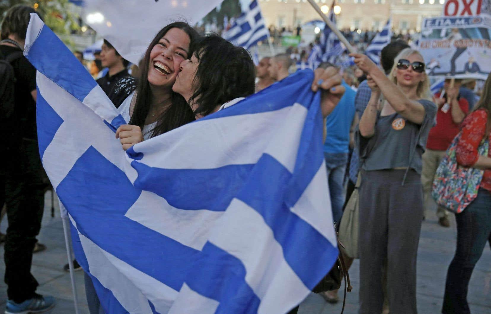 Des partisanes d'Alexis Tsipras célèbrent les résultats préliminaires donnant le Non vainqueur. Des milliers d'Athéniens ont fêté dans la nuit la victoire massive du Non au référendum sur les exigences des créanciers de la Grèce, avec l'espoir d'un avenir meilleur.