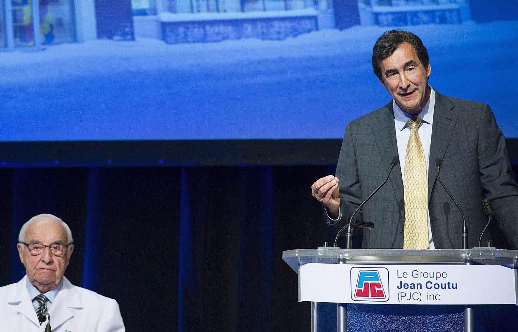 Le fondateur des pharmacies Jean Coutu écoute son fils, François Coutu, président et chef de la direction du Groupe Jean Coutu, qui s'adresse aux actionnaires de l'entreprise dans le cadre de l'assemblée générale qui avait lieu mardi.
