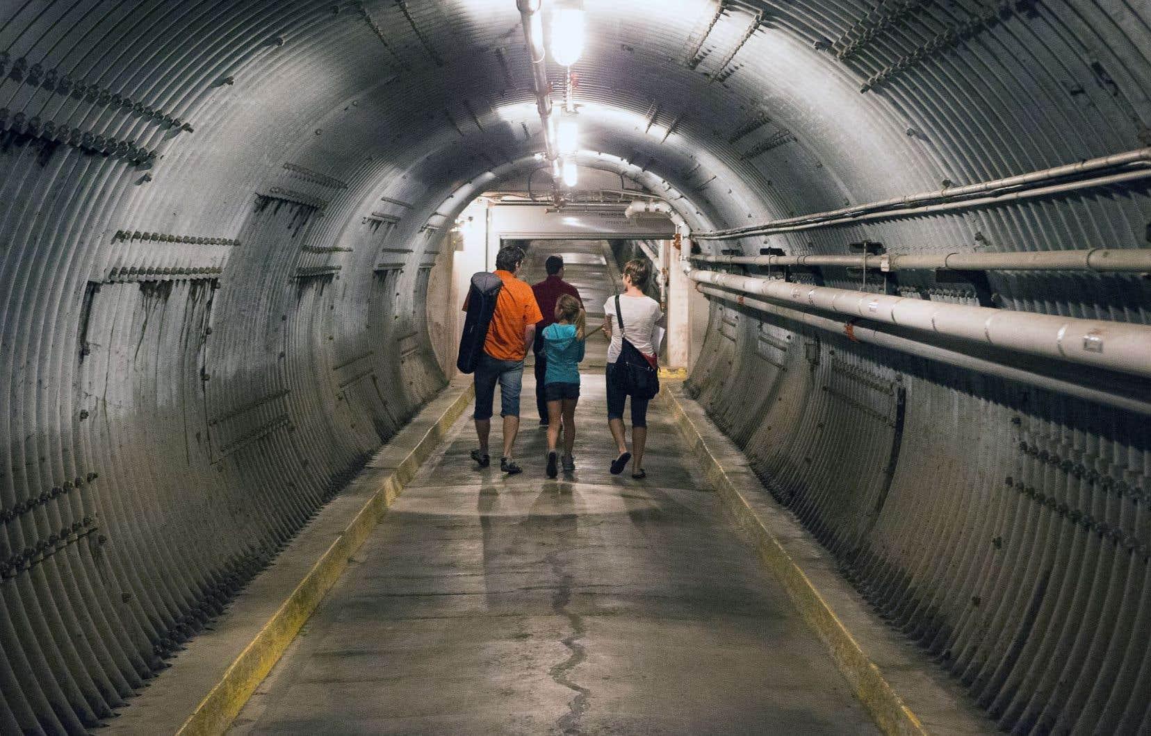 On dit que le Diefenbunker compte quatre étages souterrains, mais en fait, la structure a été construite à même le sol, à côté d'une colline. Elle a été ensuite recouverte comme si on élargissait la colline. Le portail d'entrée donne sur un tunnel de 115 mètres qui ne débouche sur... rien ! L'onde de souffle nucléaire ne suit que des lignes droites. La porte du bunker se trouve donc à 90 degrés quelque part dans le tunnel.