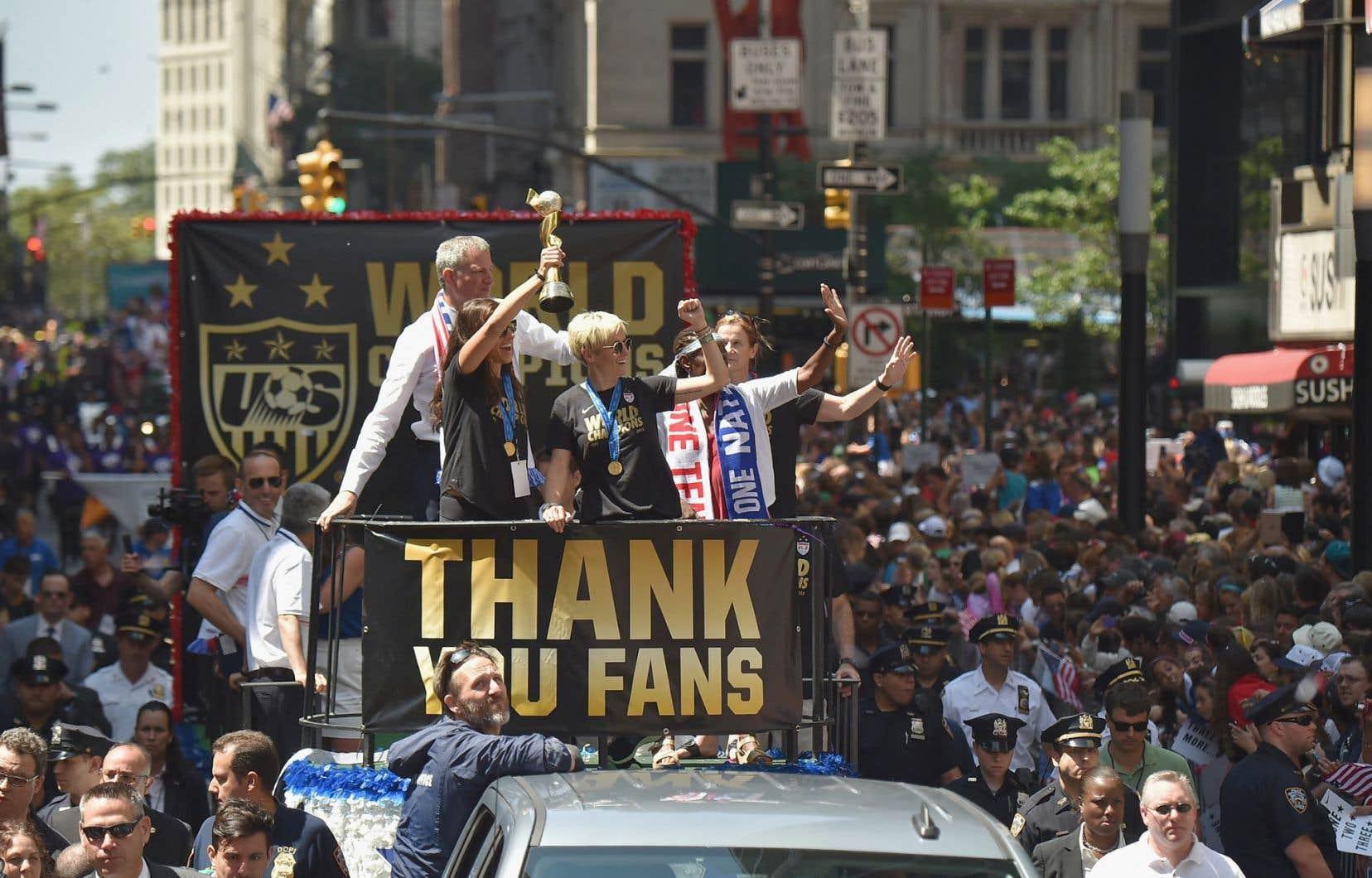 À la fin du défilé, chaque joueuse de l'équipe s'est vu remettre symboliquement les clés de la ville dans une cérémonie sur les marches de la mairie ponctuée de cris et d'applaudissements.
