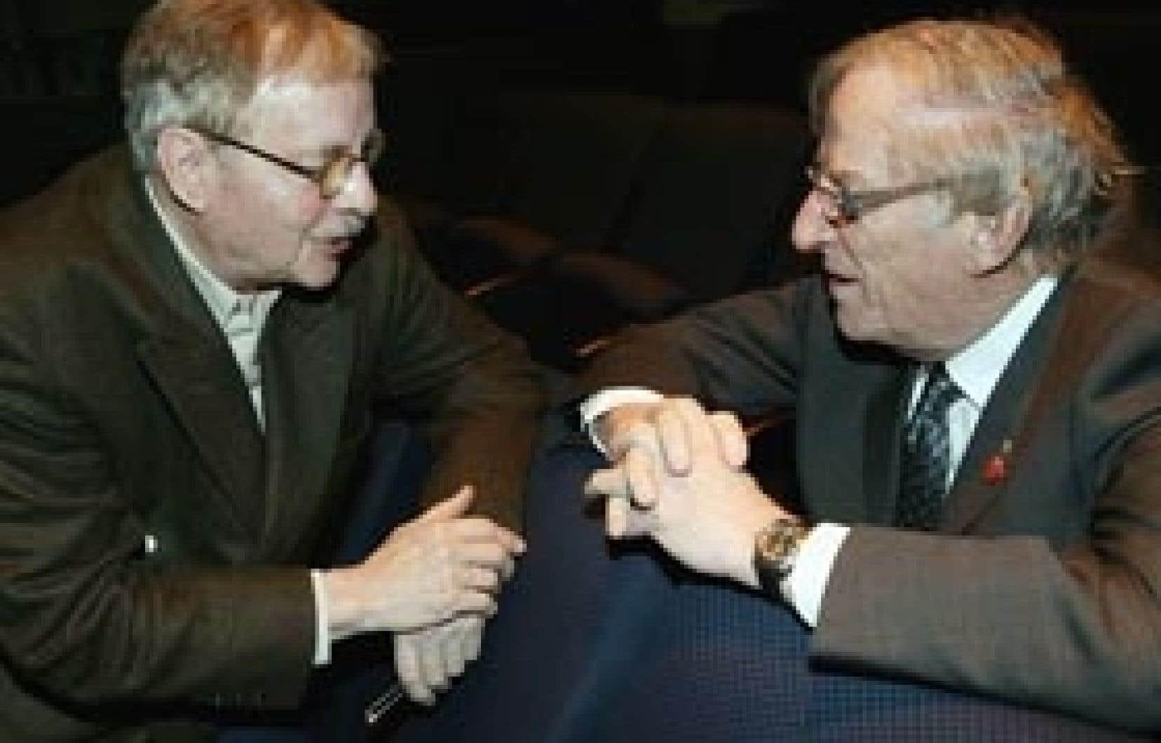Dans son autobiographie, Claude Fournier évoque plusieurs personnalités. On le voit ici en compagnie du sénateur Jean Lapointe.