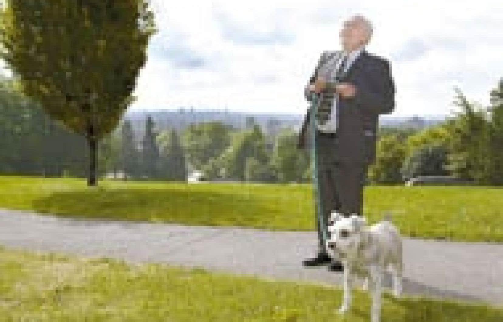 L'avocat Julius Grey aime se promener dans les parcs de Westmount en compagnie de son chien Vivaldi.