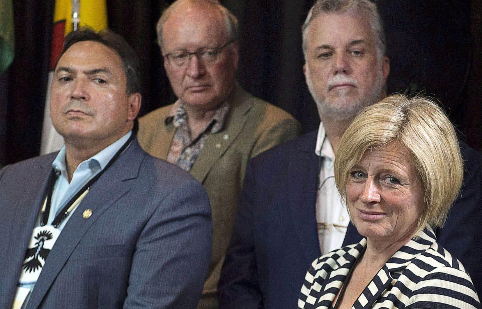 Le chef de l'Assemblée des Premières Nations, Perry Bellegarde, est entouré de Wade MacLauchlan (I.-P.-É.), Philippe Couillard et Rachel Notley (Alberta).