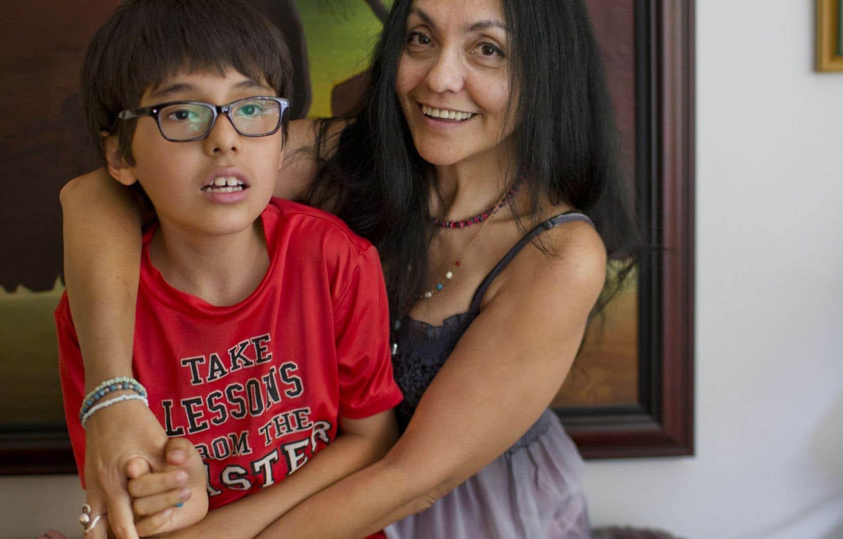 Lucila Guerrero, mère d'un jeune garçon autiste asperger, raconte être partagée entre la tristesse et la frustration devant cette situation.