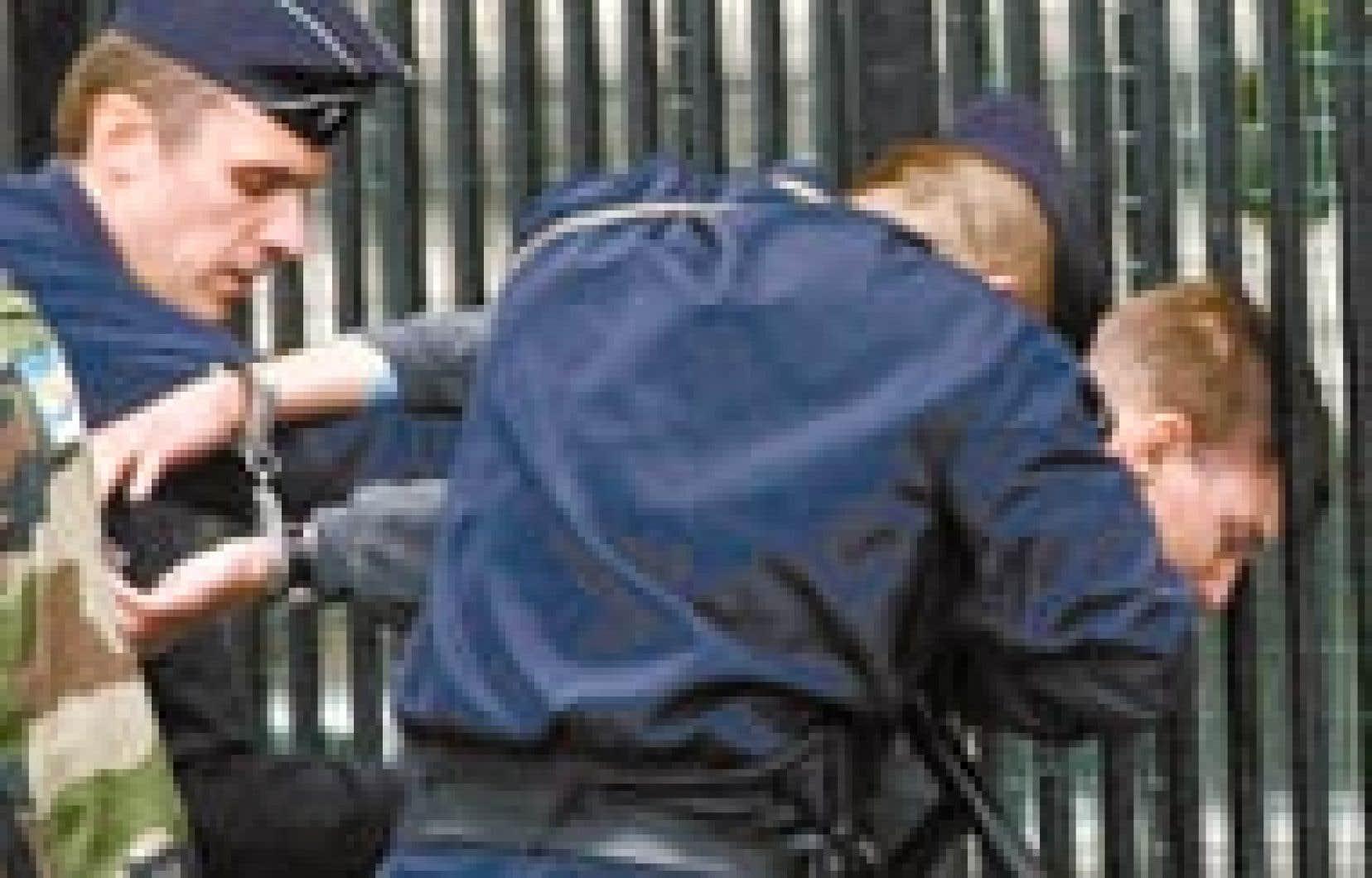 Le tireur, Maxime Brunerie, 25 ans, militant de la région parisienne d'un groupuscule d'extrême droite, le Groupe Union Défense, a été maîtrisé par des policiers ameutés par la foule. Jacques Chirac ne s'est aperçu de rien. Le geste survie