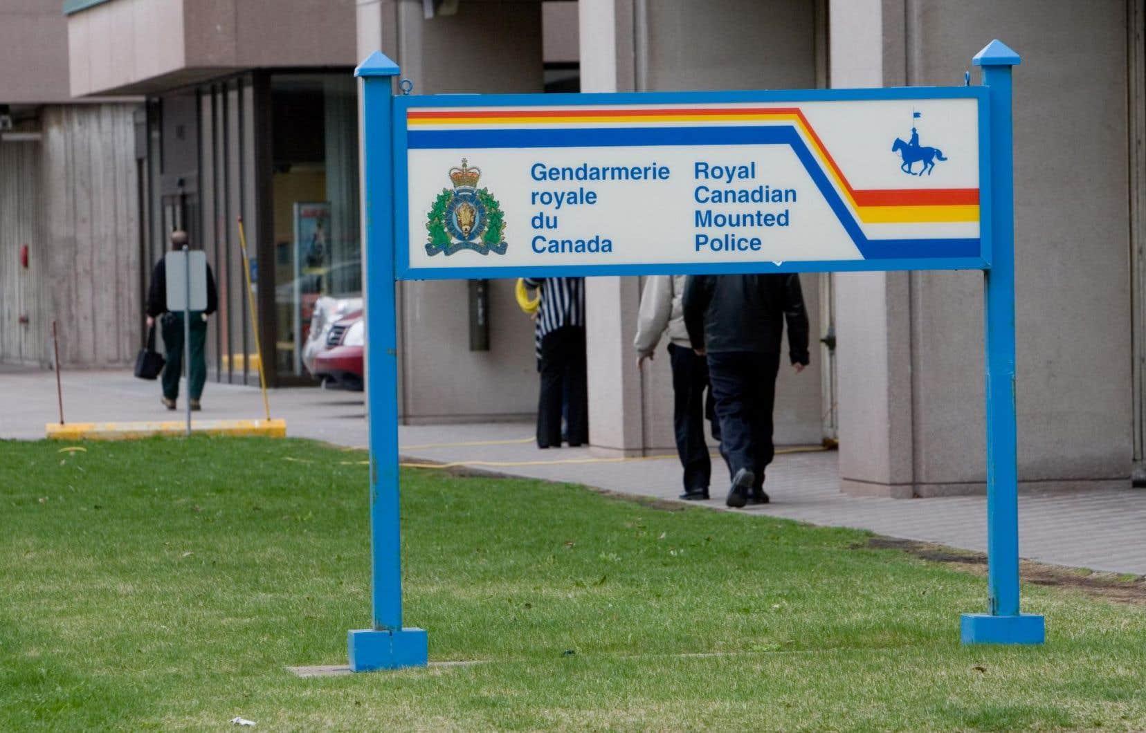 Le ministre a évité les questions au sujet des mesures prises par le gouvernement après l'attaque d'Anonymous contre le site internet de la GRC.