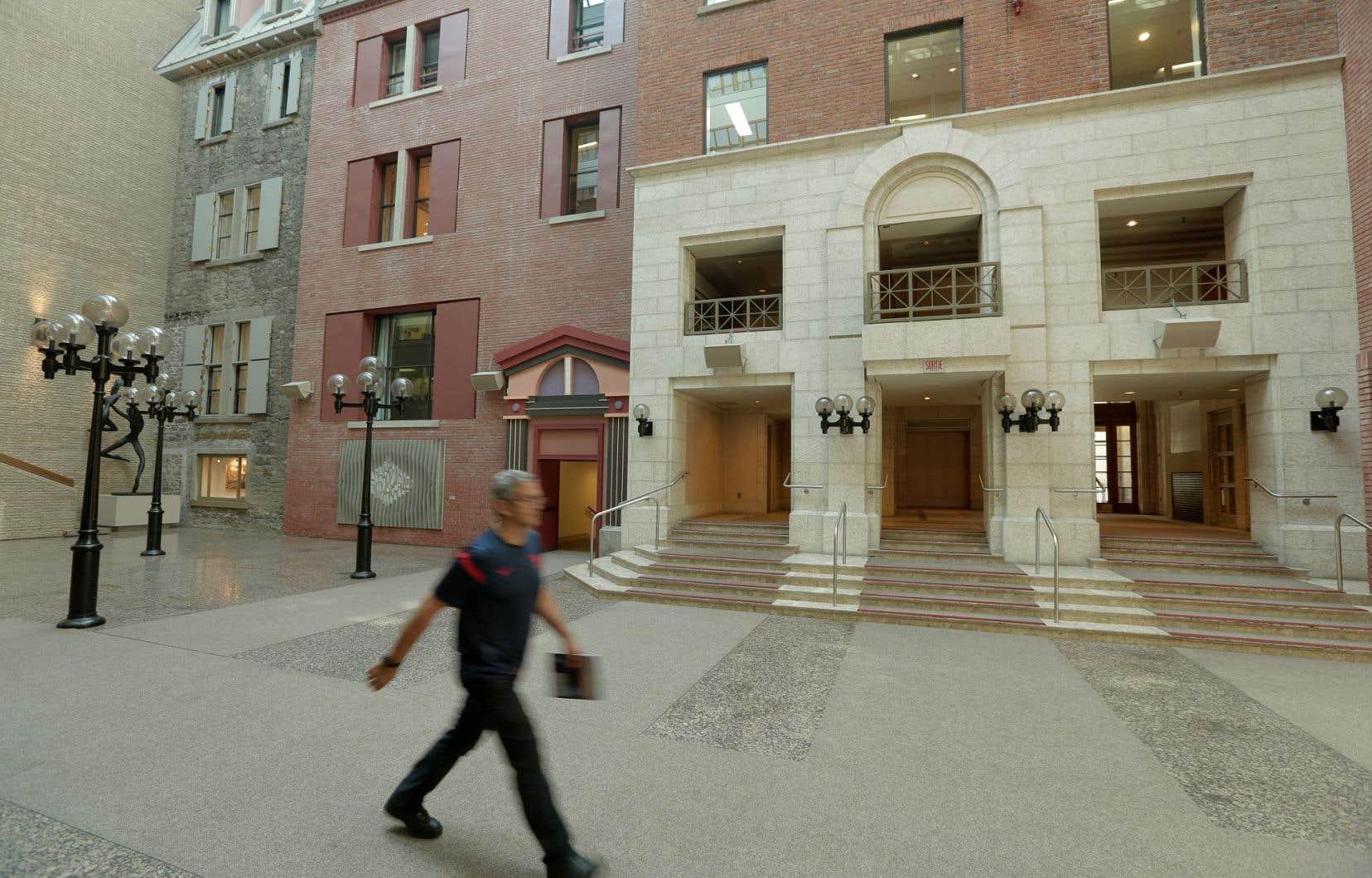 Le complexe baptisé Maison Alcan, qui comprend une place publique, est l'objet d'un projet immobilier.