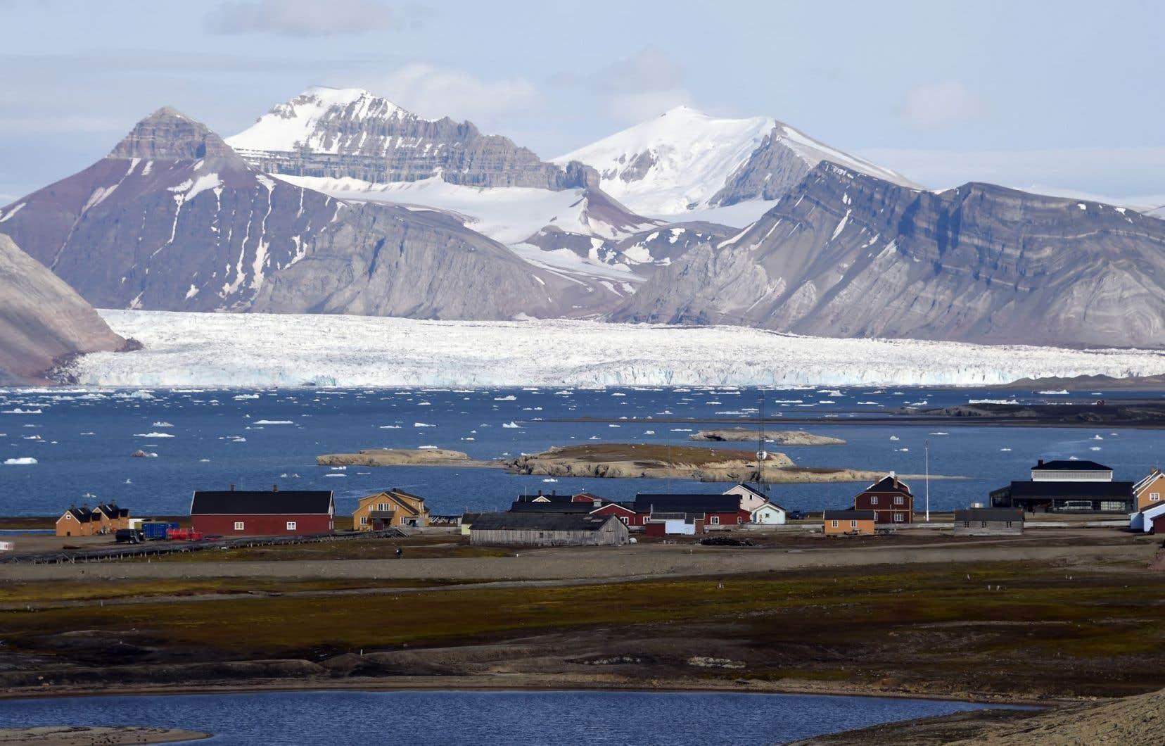 Le Spitzberg, principale île de l'archipel du Svalbard, bénéficie d'un climat relativement clément pour sa latitude, en raison du Gulf Stream, un courant marin chaud qui remonte le long de sa façade ouest.