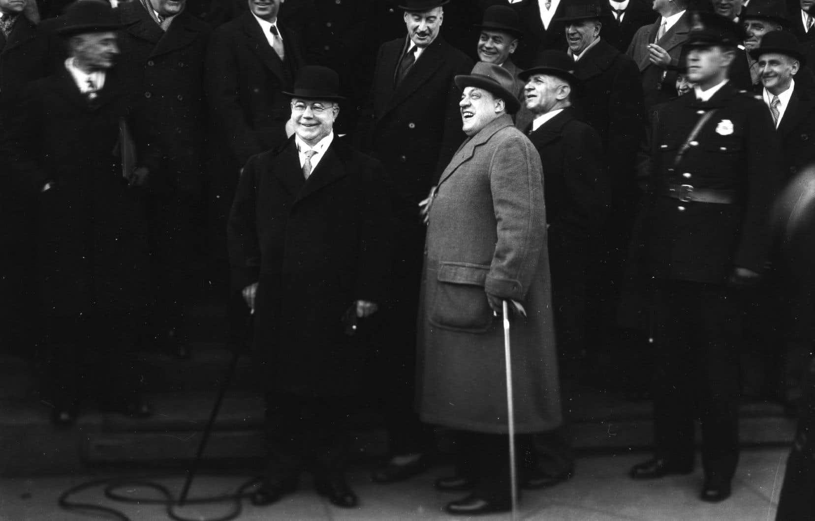 Opposé à la conscription obligatoire, le maire Camillien Houde sera envoyé dans un camp d'internement durant une partie de la Seconde Guerre mondiale. Sur la photographie, le maire Houde (en manteau gris pâle), photographié le 26 mars 1935.