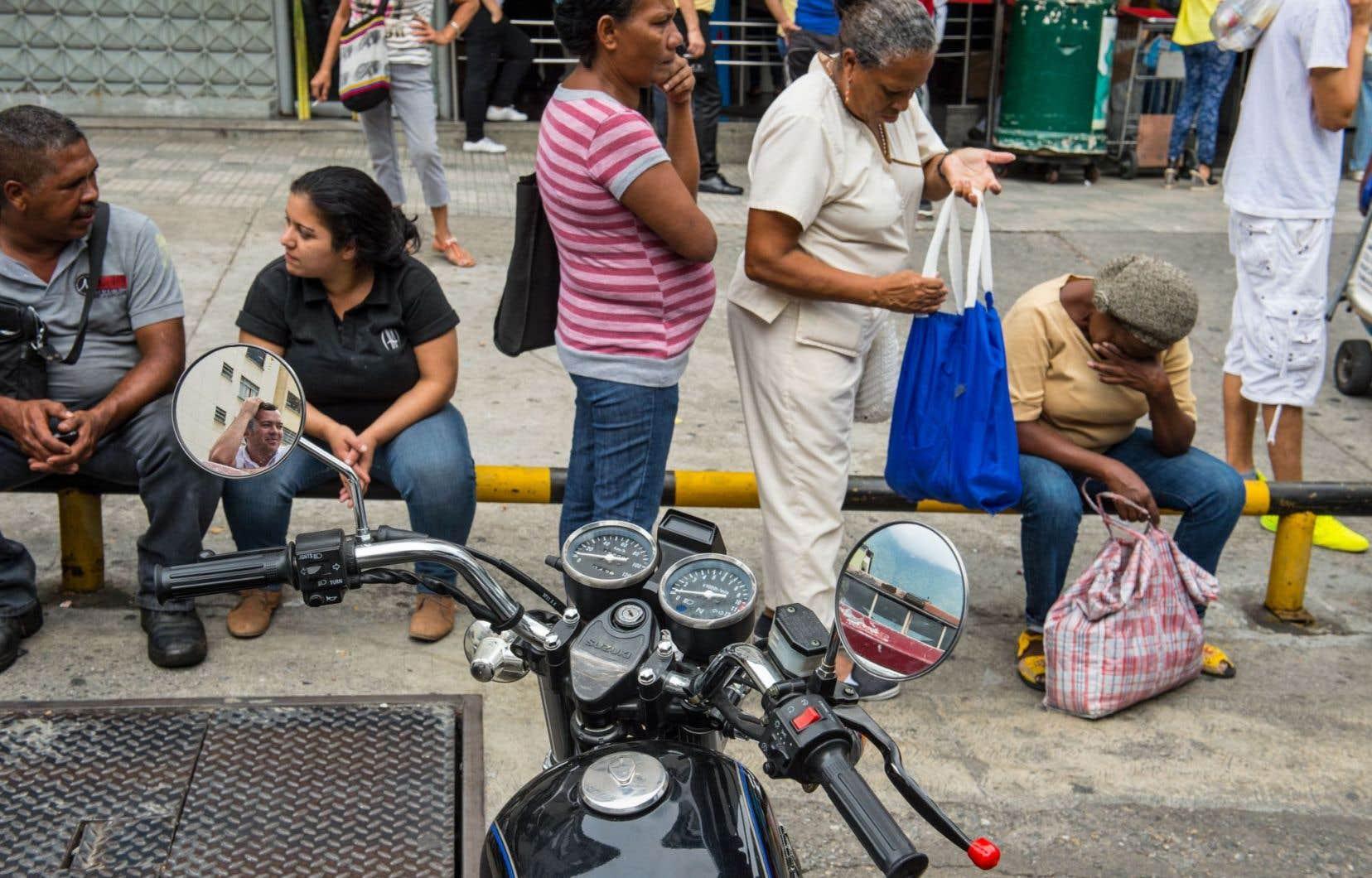 Sur fond d'inflation galopante et de pénuries récurrentes, les files d'attente devant les supermarchés et les pharmacies alimentent les tensions.