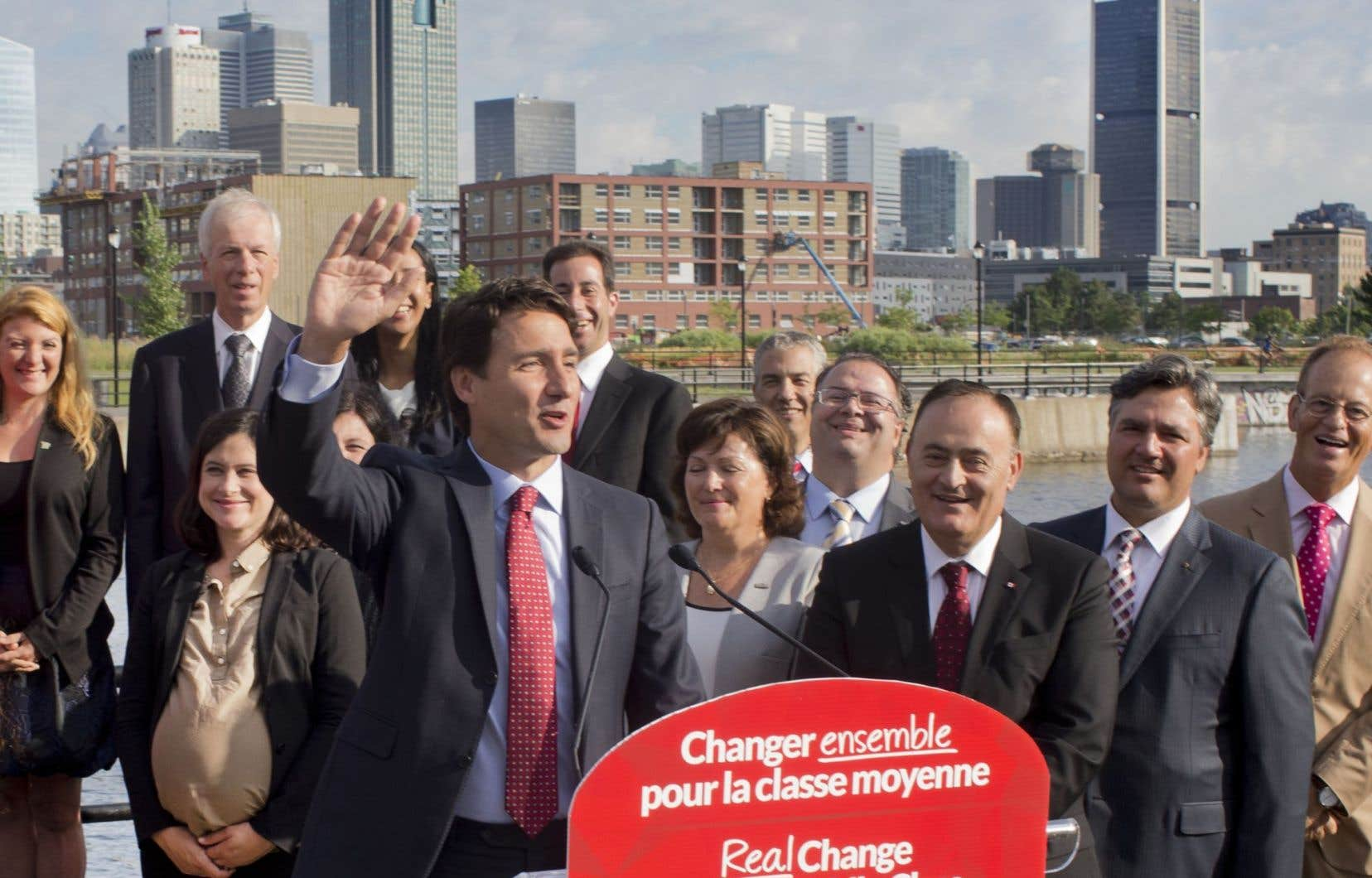 Justin Trudeau et les candidats du Parti libéral du Canada au Québec, lundi matin, au canal Lachine.