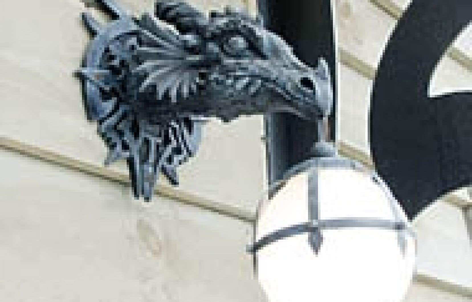 Photos Lio Kiefer - Aux Forges du Dragon, il y a bien sûr les inévitables références au médiéval, comme sur cette lampe extérieure ou intérieure qui prend les formes d'une gorgone éprise d'un globe de verre blanc.