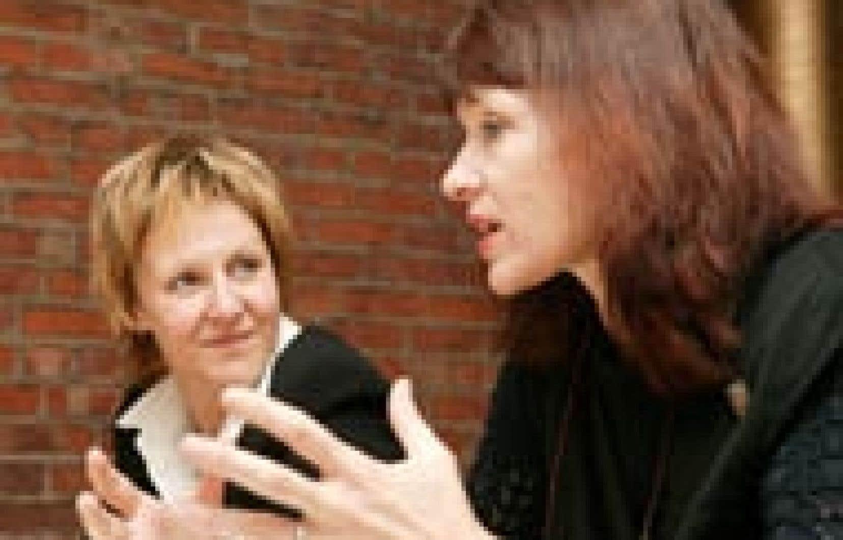 La romancière Nancy Huston (à droite sur notre photo) était de passage au TNM en fin de matinée hier pour y discuter de façon informelle avec la presse de l'adaptation qu'a tirée Lorraine Pintal (à gauche) de son roman Une adoration.